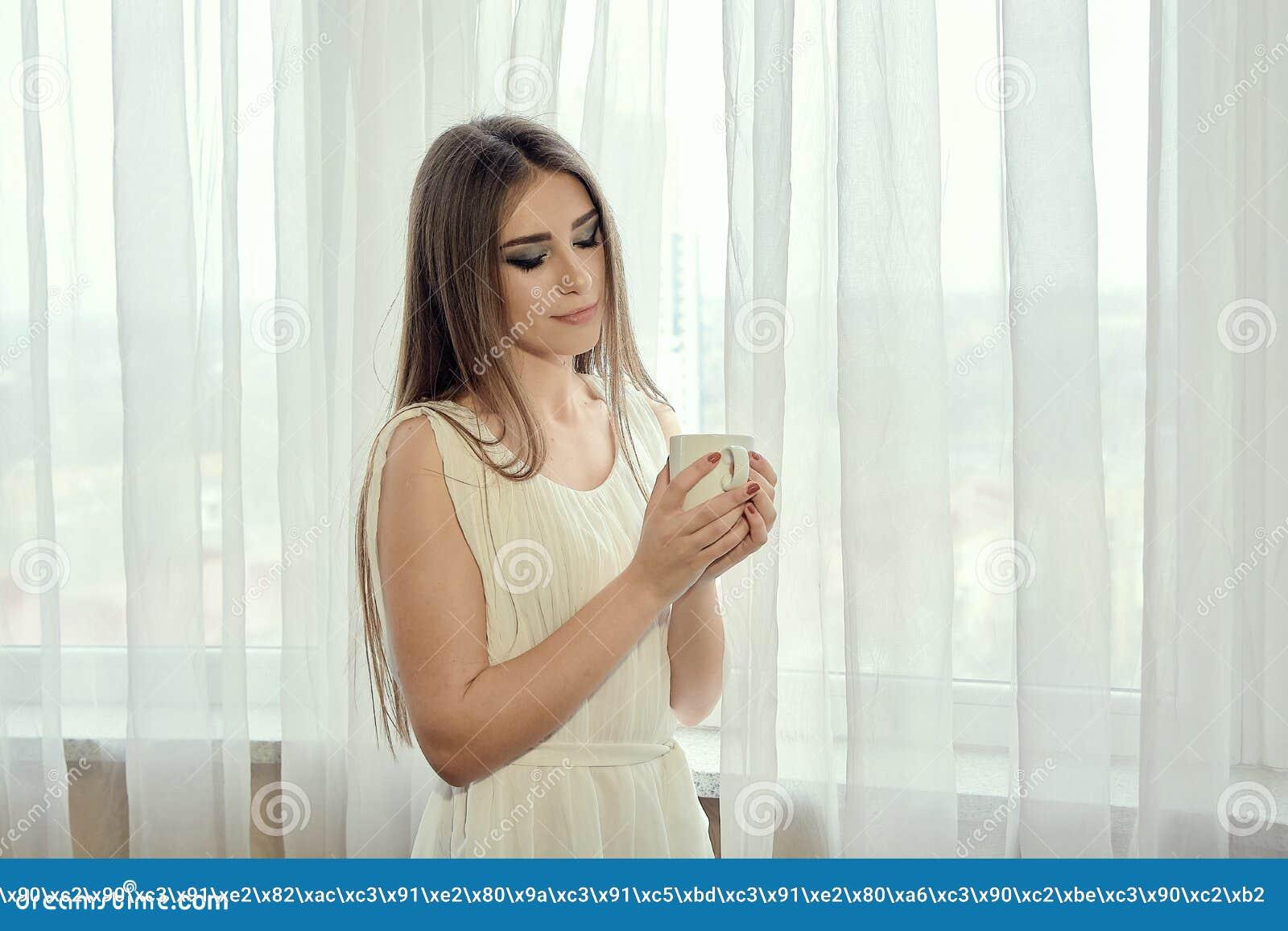 Ragazza con la tazza di caffè per progettazione di massima Ritratto della donna del primo piano