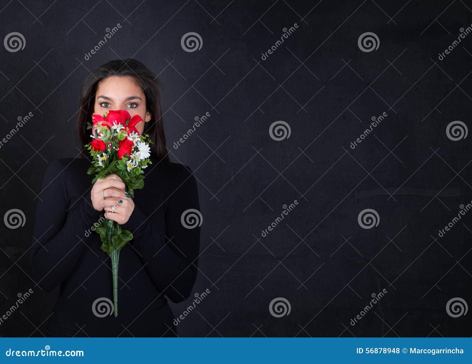 Ragazza con le rose rosse a disposizione