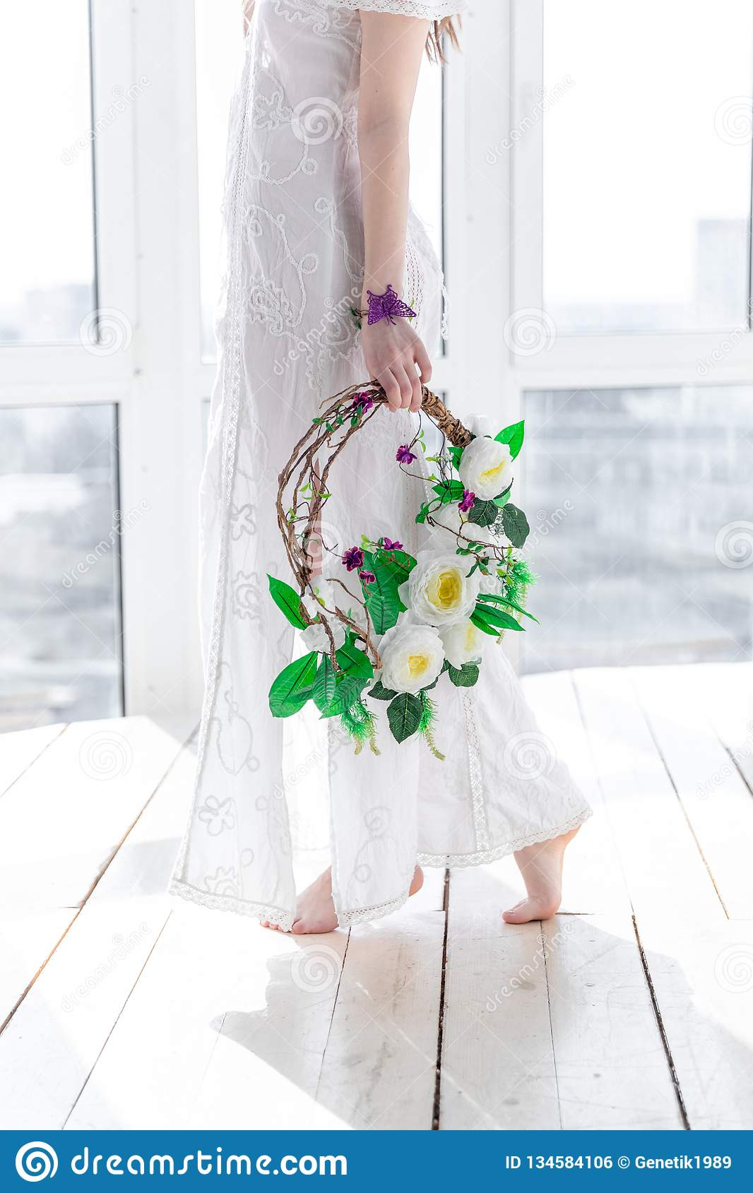 Ragazza con una corona dei fiori nell alta chiave