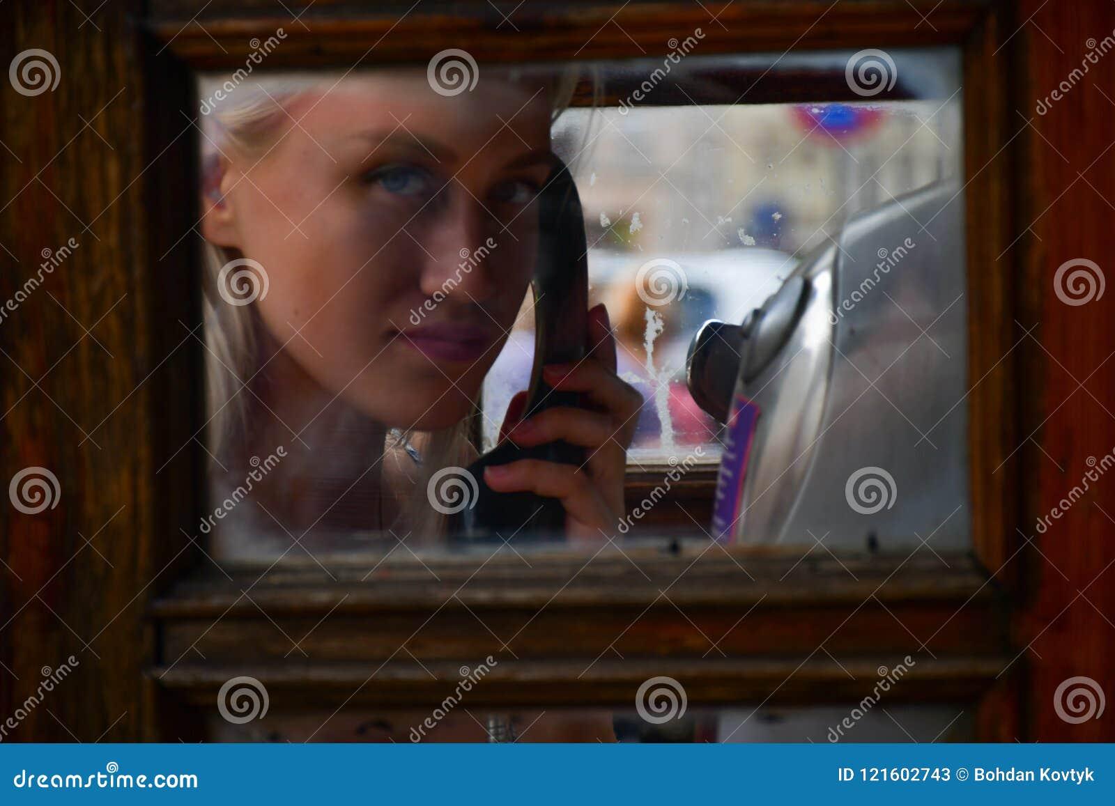 Ragazza in contenitore di telefono