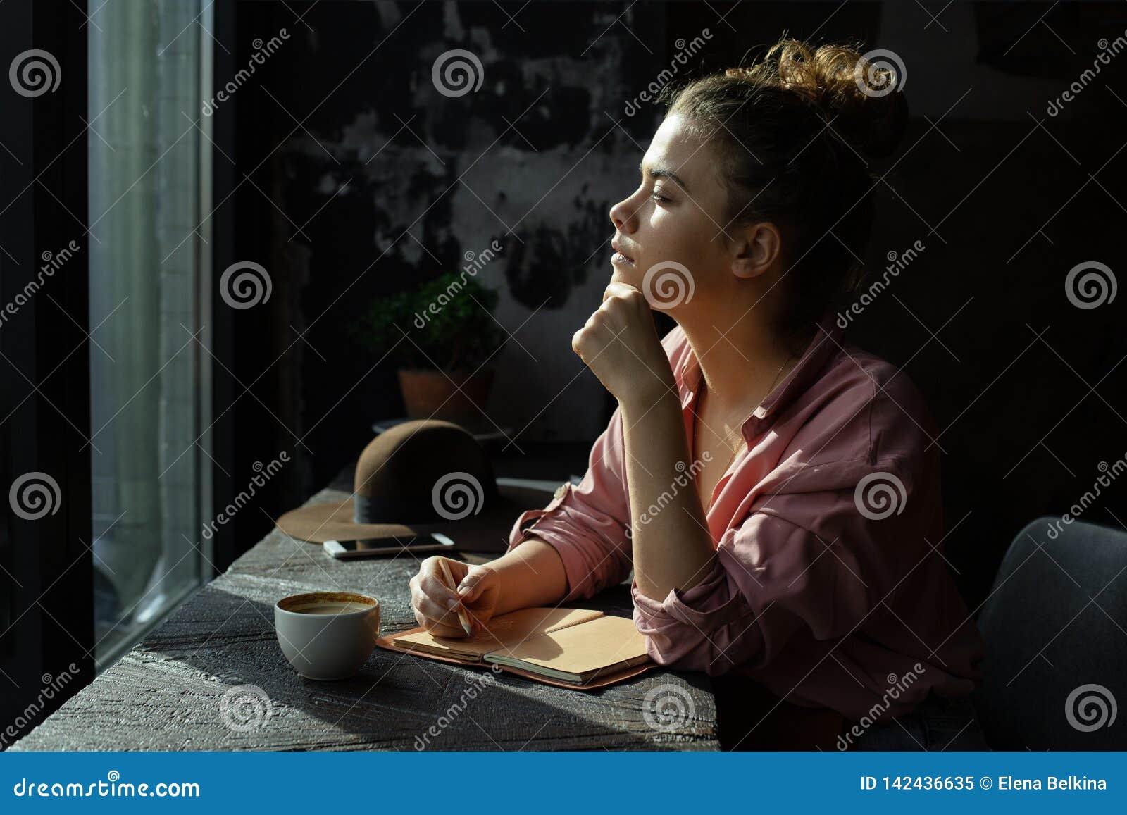 Ragazza dalla finestra in un caffè