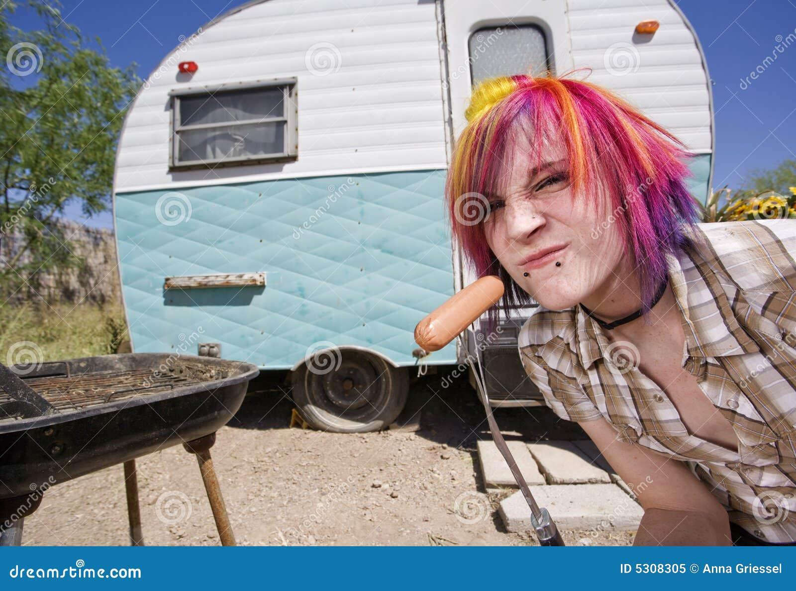 Download Ragazza Davanti Ad Un Rimorchio Che Mangia Un Hot Dog Immagine Stock - Immagine di esterno, colorful: 5308305