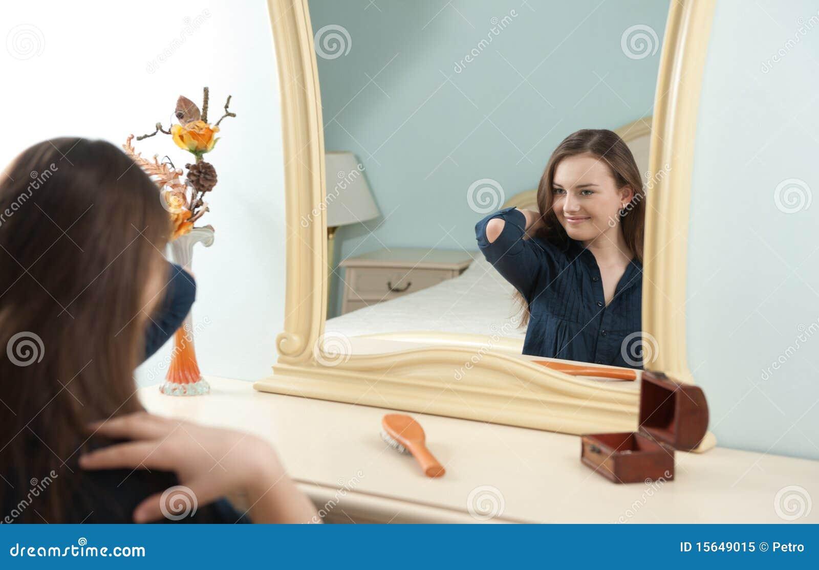 Ragazza davanti allo specchio immagine stock immagine - Ragazza davanti allo specchio ...