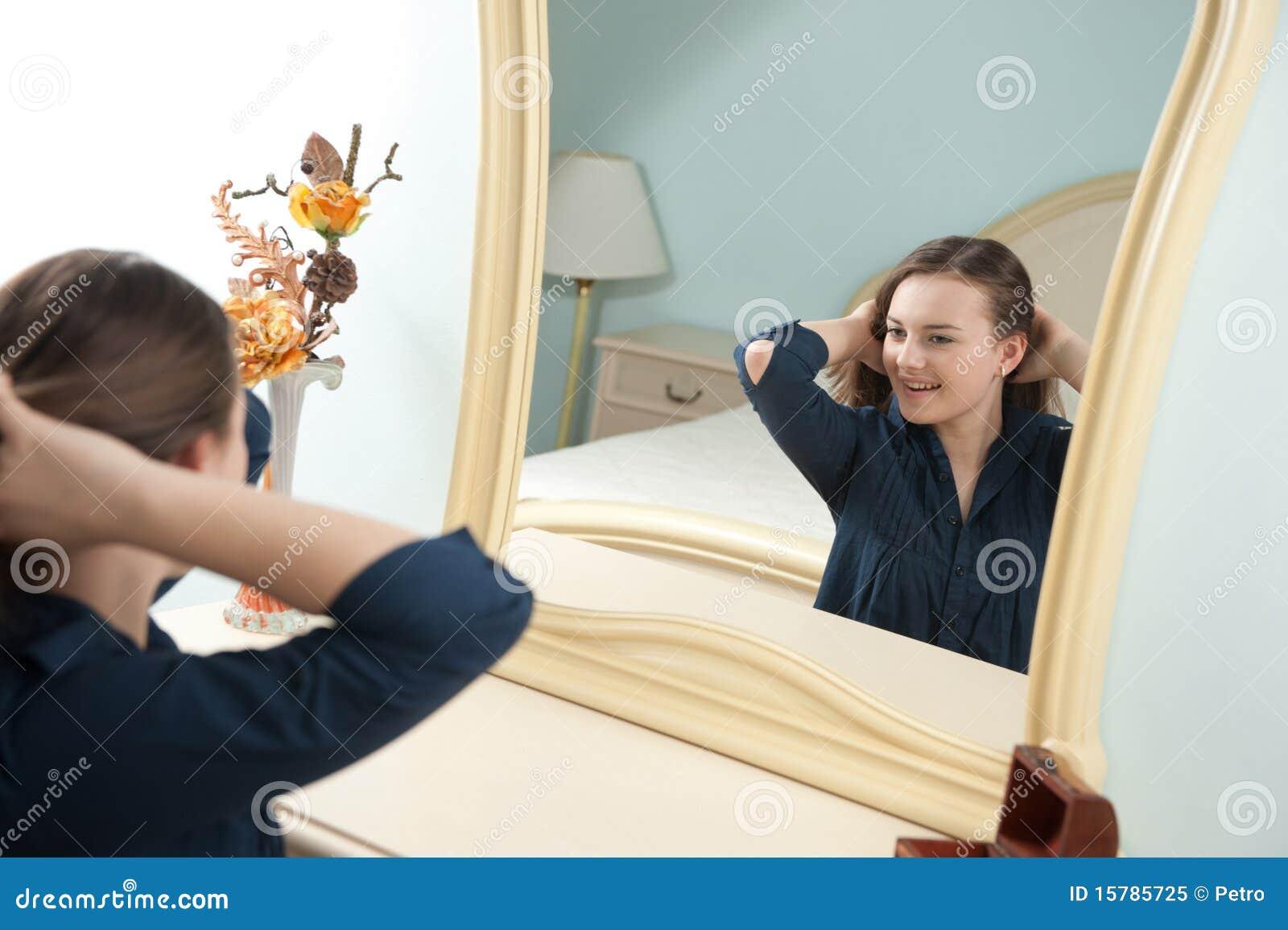 Ragazza davanti allo specchio fotografia stock libera da - Ragazza davanti allo specchio ...