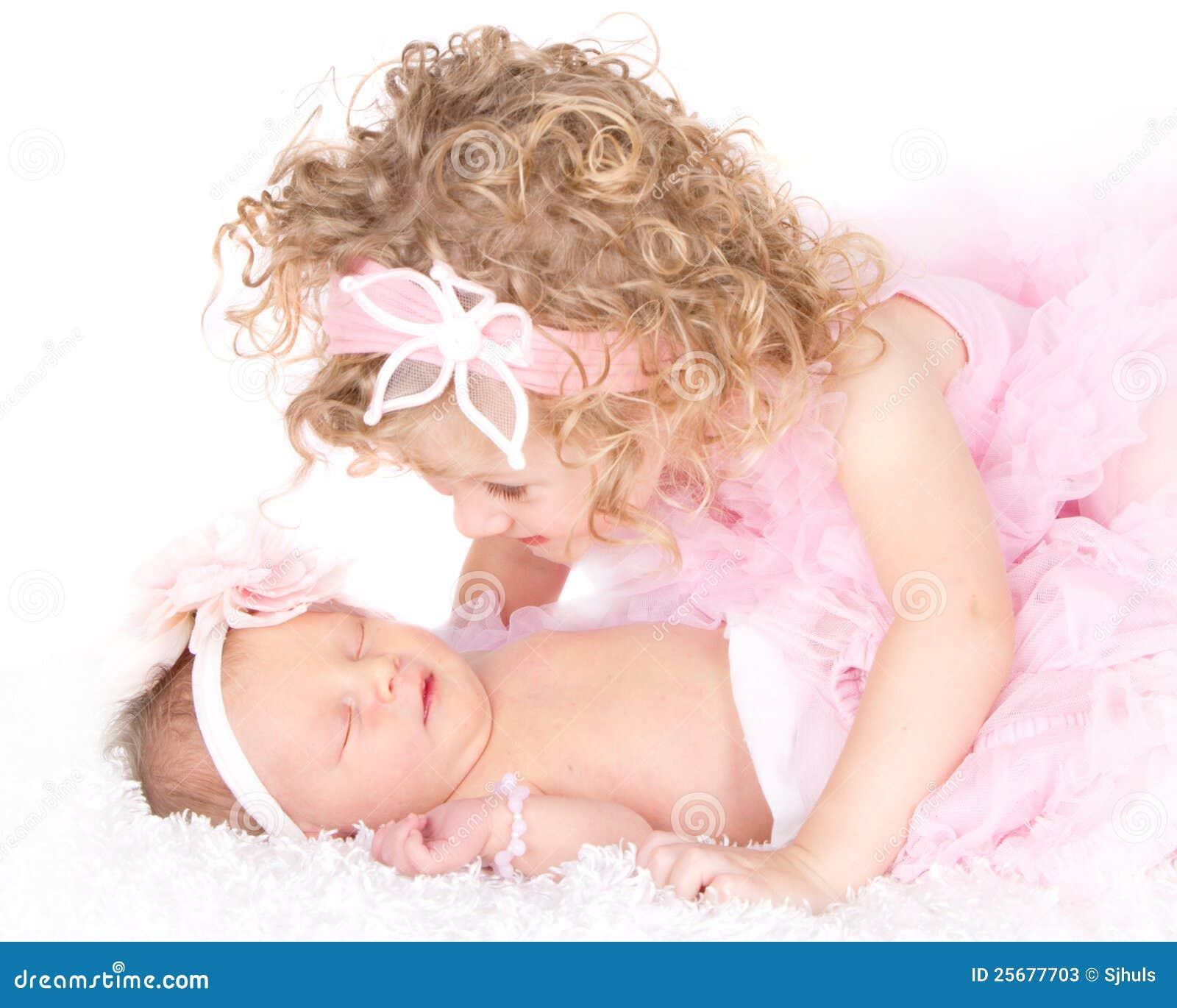 Ragazza del bambino che esamina la sua sorella del bambino
