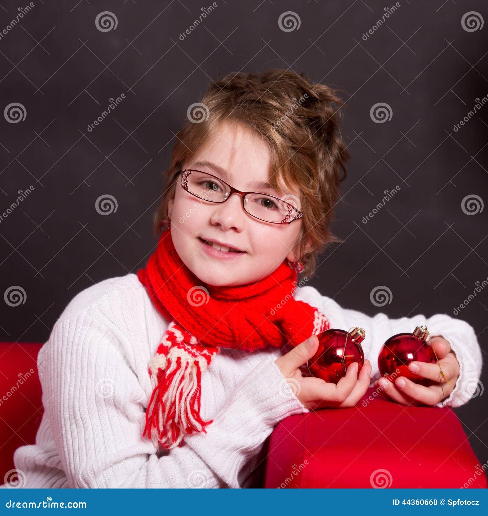 Ragazza del bambino con la decorazione di natale
