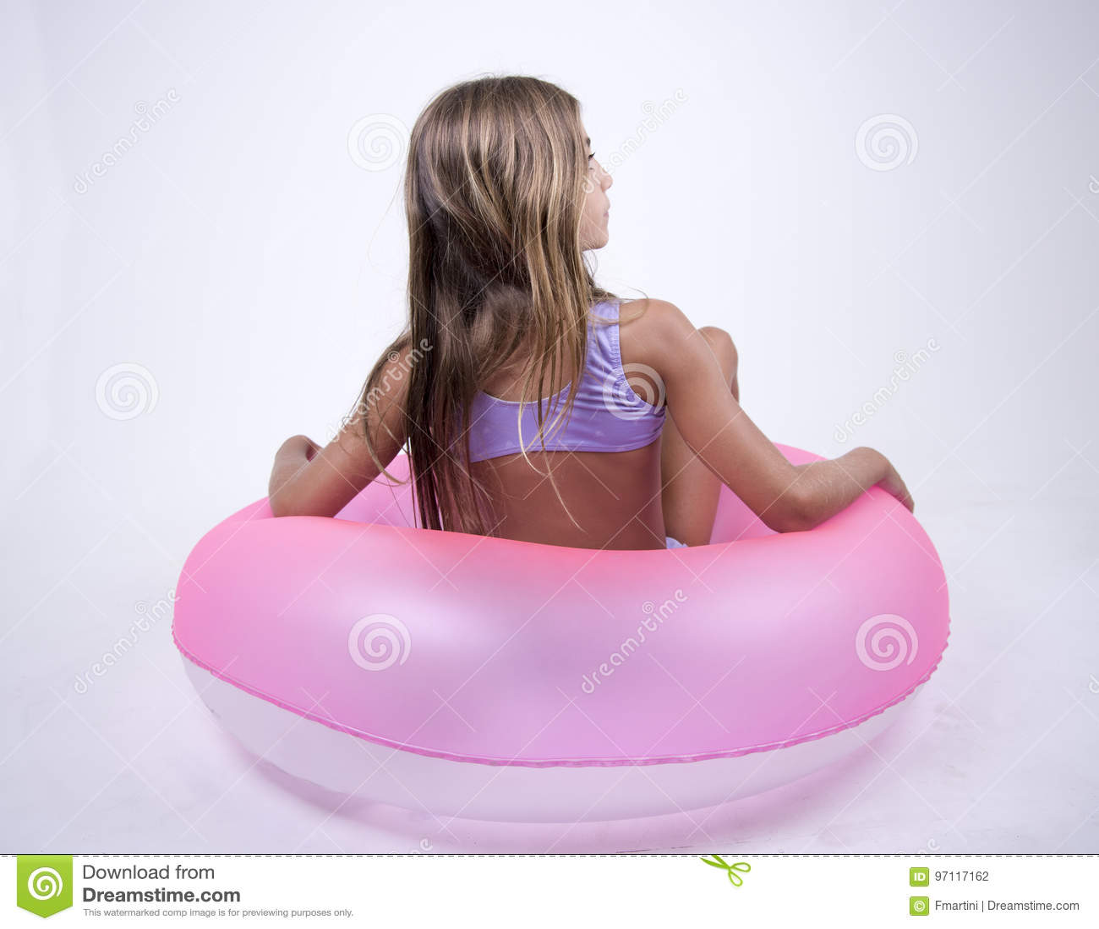 Ragazza del bikini su un galleggiante su lei indietro