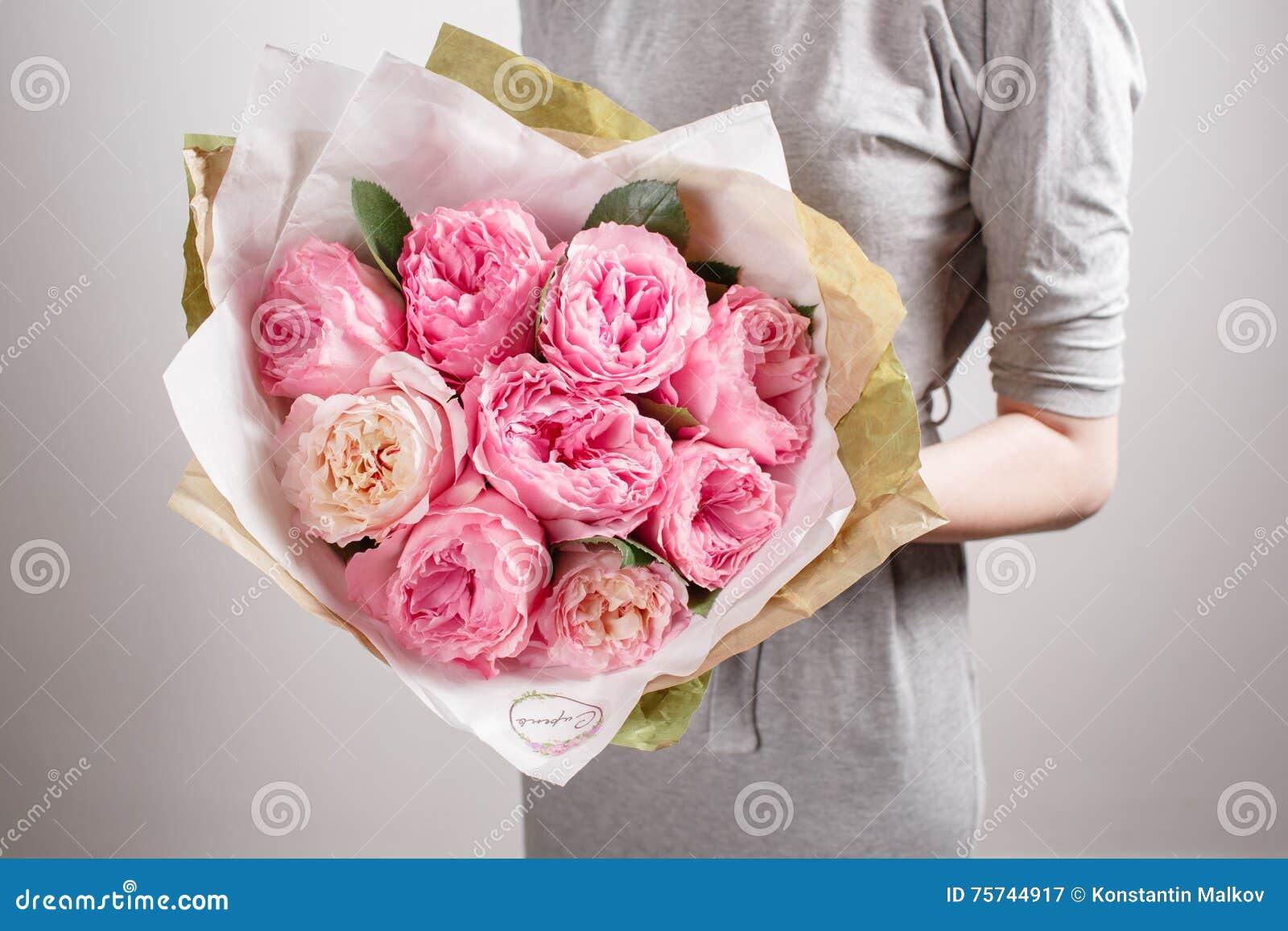 Mazzo Di Fiori X Ragazza.Ragazza Del Fiorista Con I Fiori Della Peonia O Le Rose Rosa Del