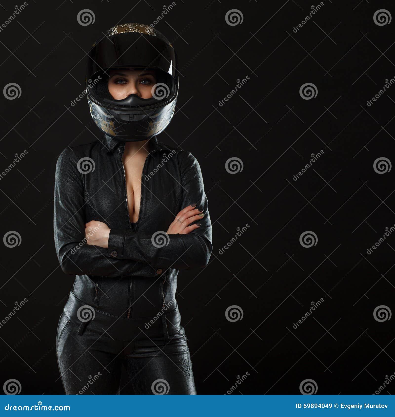 Ragazza del motociclista che posa nello studio