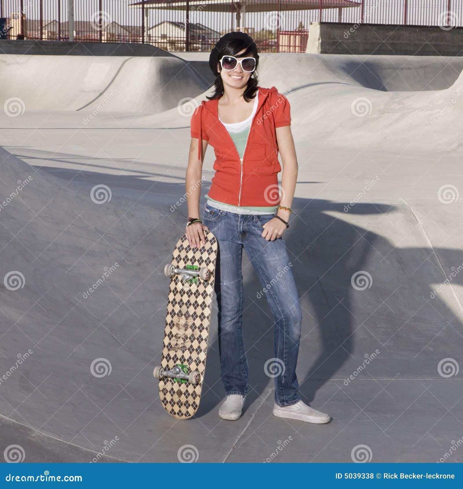 Ragazza del pattinatore ad una sosta