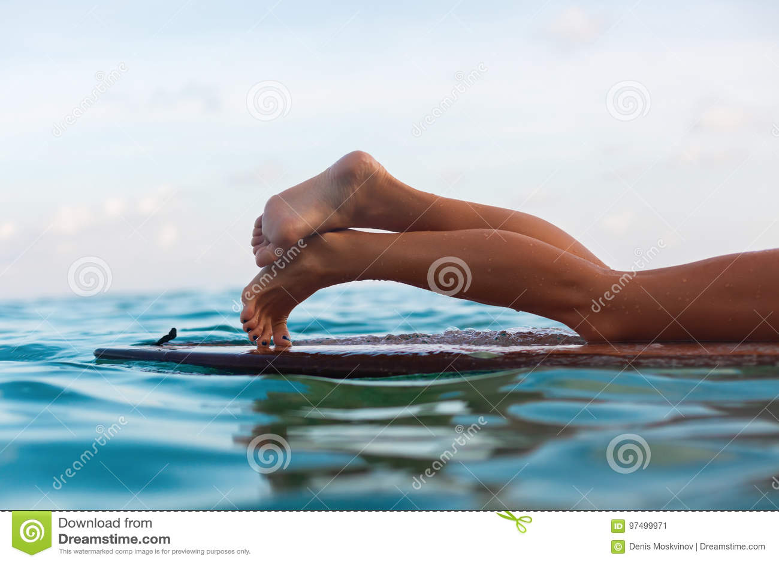 Ragazza del surfista che si trova sul surf
