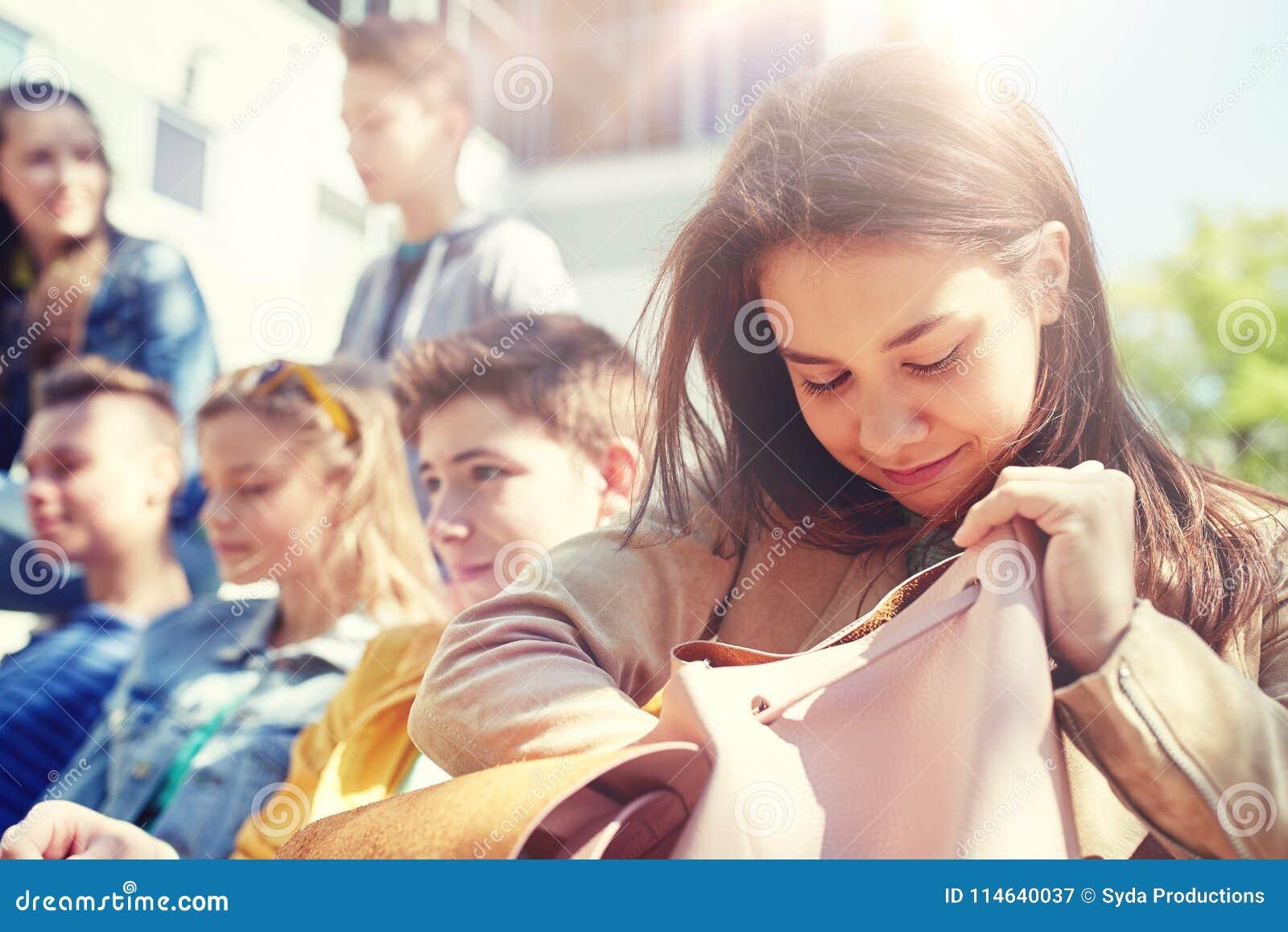 Ragazza dello studente della High School con lo zaino all aperto