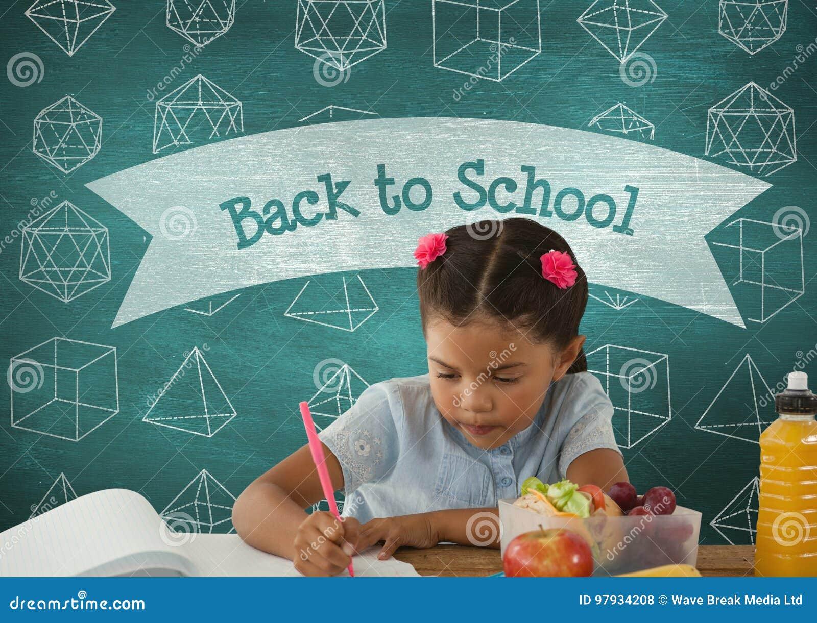 Ragazza dello studente a scrittura della tavola contro la lavagna blu con di nuovo al testo di scuola e istruzione e sch