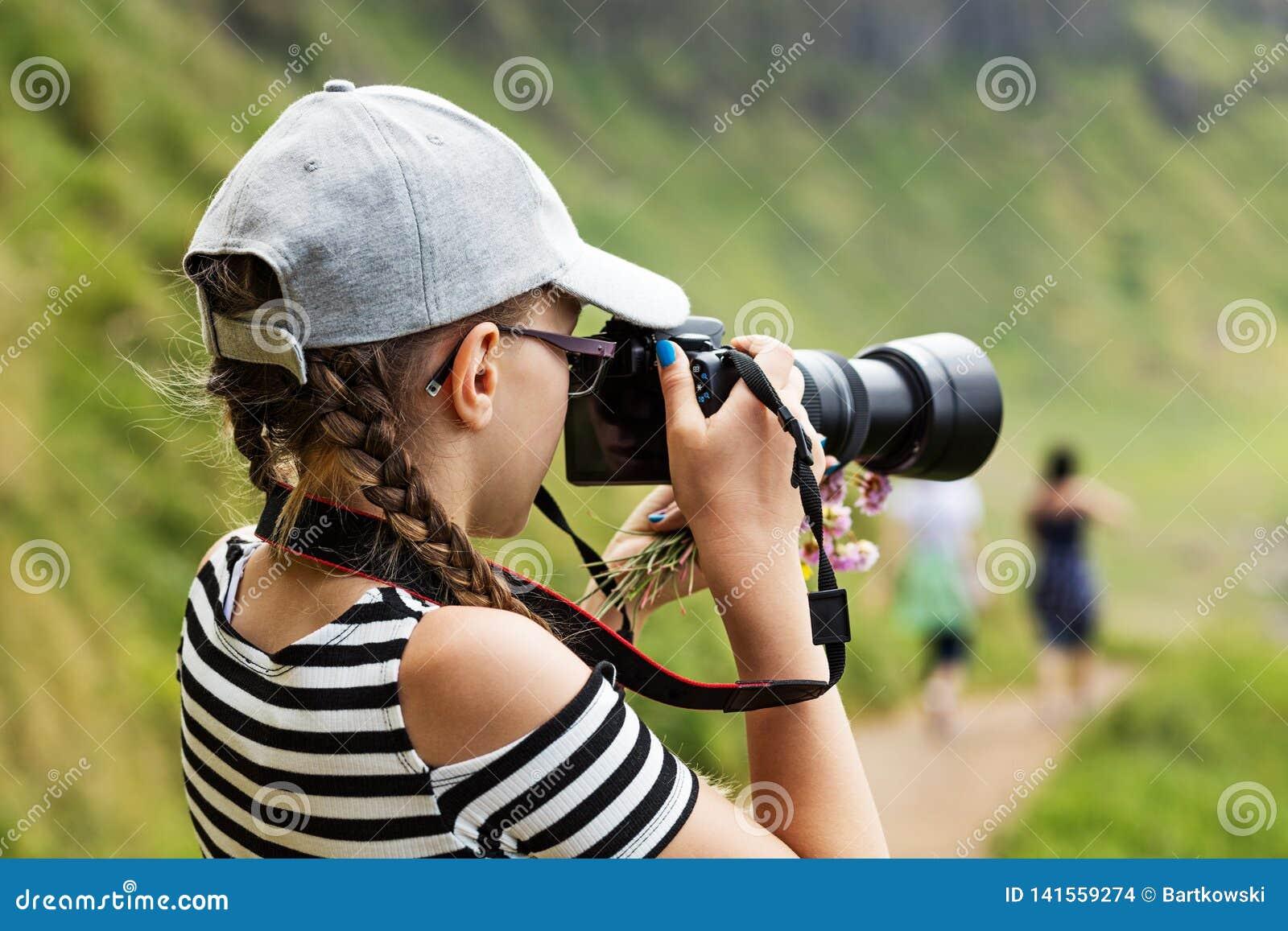 Ragazza di 12 anni che prende le immagini in un bello scenico delle scogliere irlandesi
