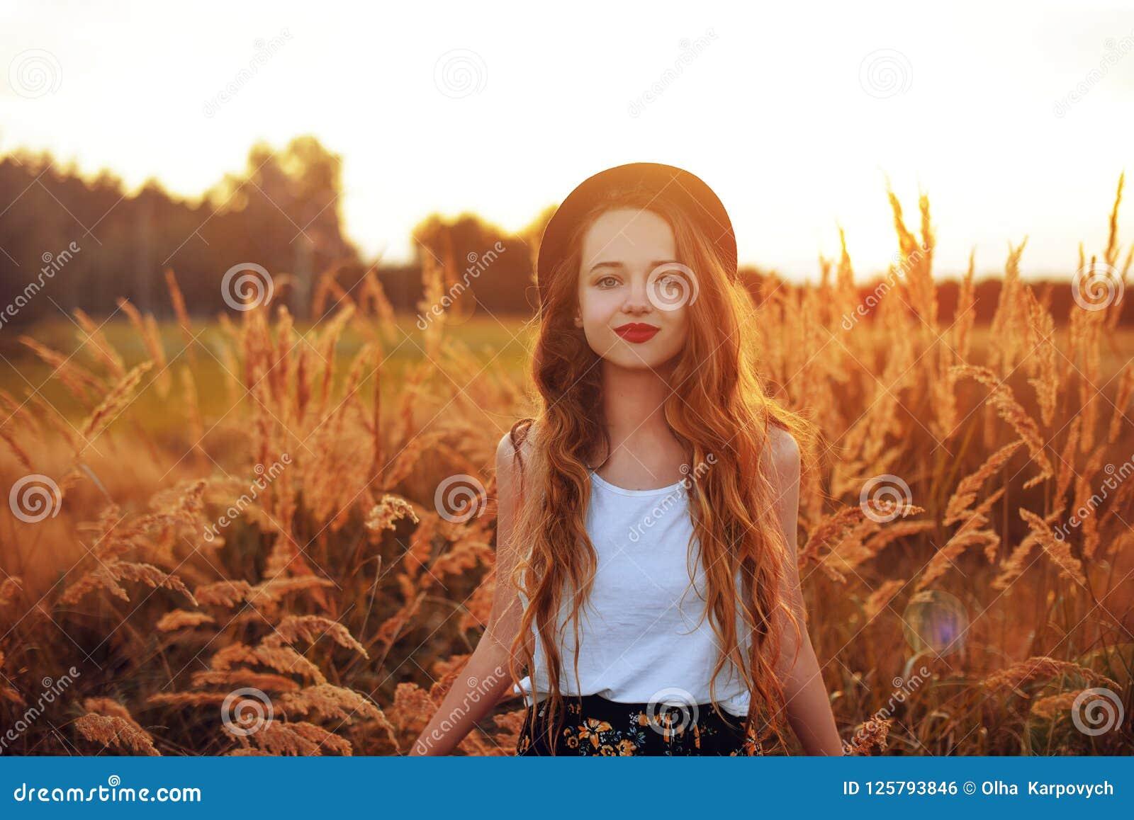 Ragazza di bellezza all aperto che gode della natura Modello abbastanza adolescente nel funzionamento sul giacimento della primav
