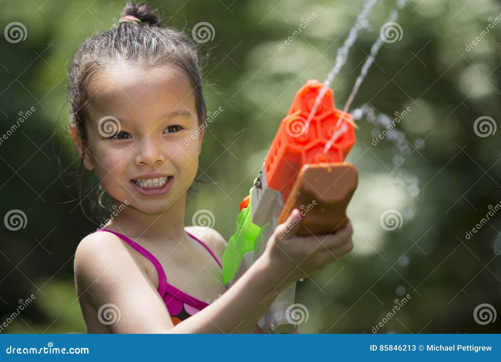 Ragazza di cinque anni che gioca con il giocattolo di getto