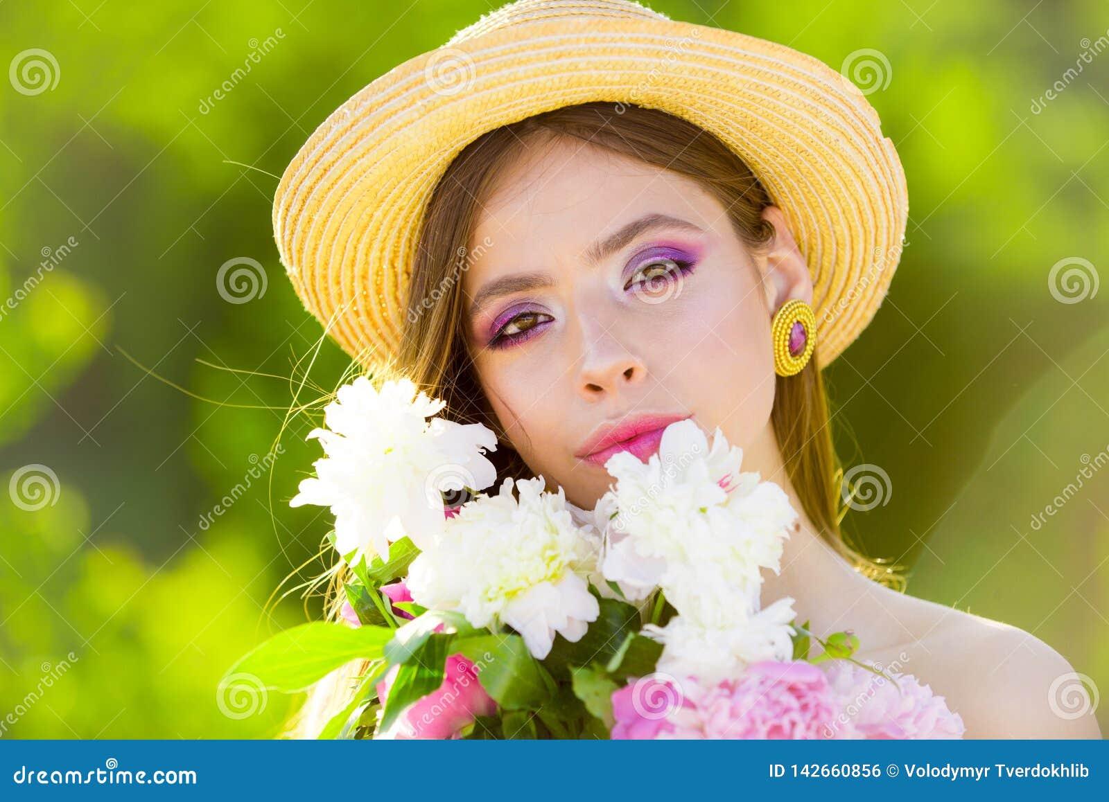 Ragazza di estate con capelli lunghi fronte e skincare viaggio di estate Donna della sorgente Primavera e vacanza Bellezza natura