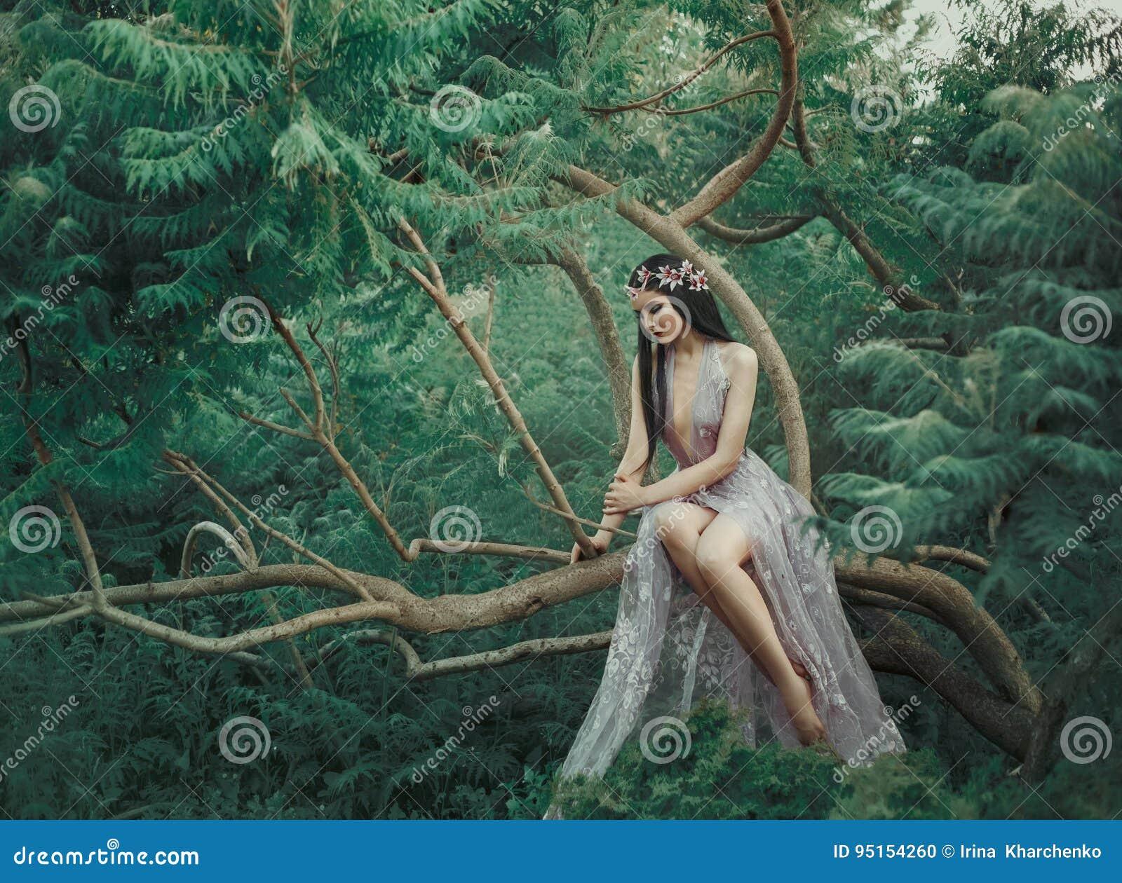Ragazza di fantasia in un giardino leggiadramente