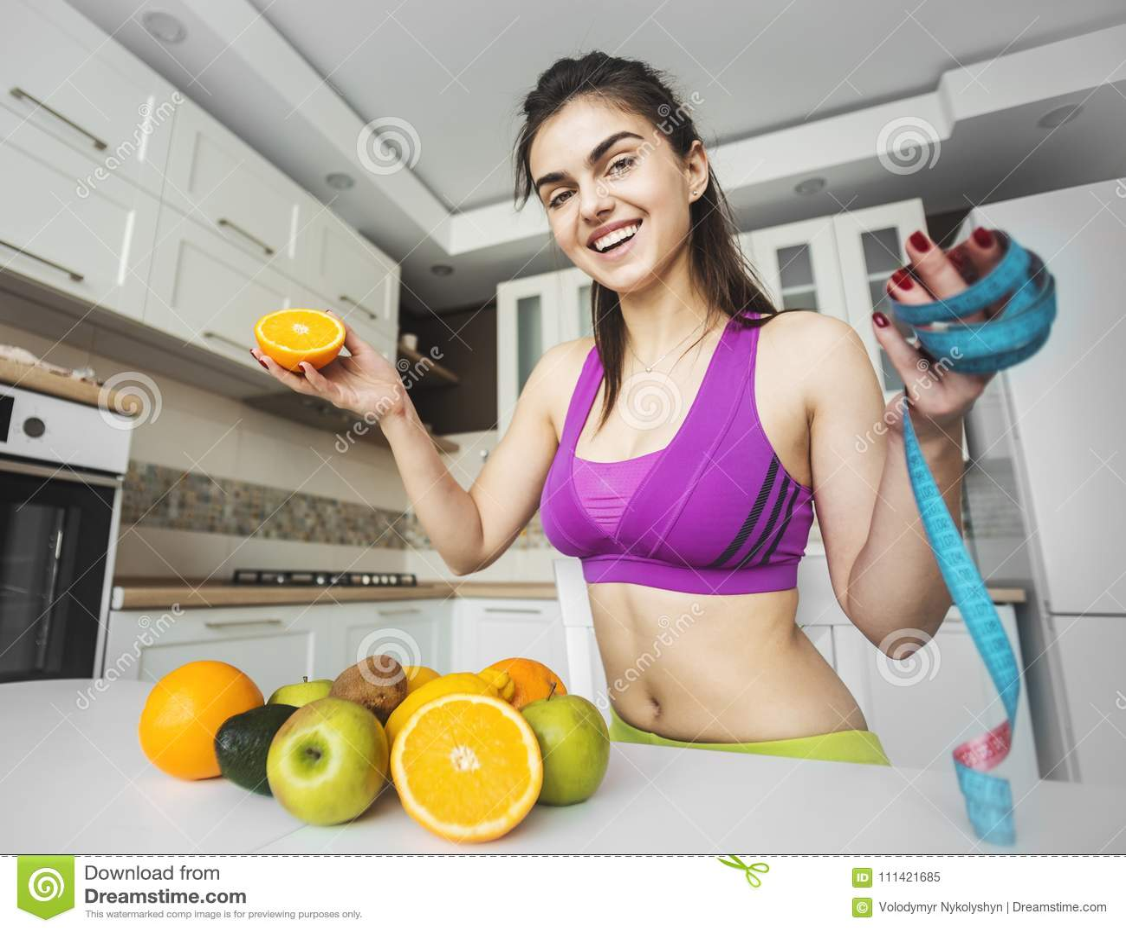 Ragazza di forma fisica sulla cucina