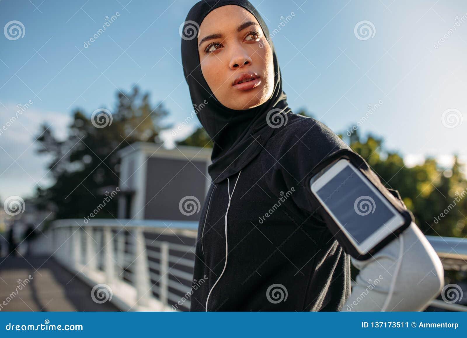 Ragazza di Hijab che prende una rottura dopo l allenamento in città