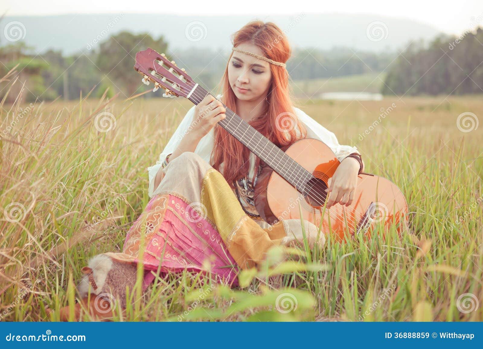 Download Ragazza Di Hippy Che Gioca Chitarra Su Erba Immagine Stock - Immagine di femmina, bellezza: 36888859