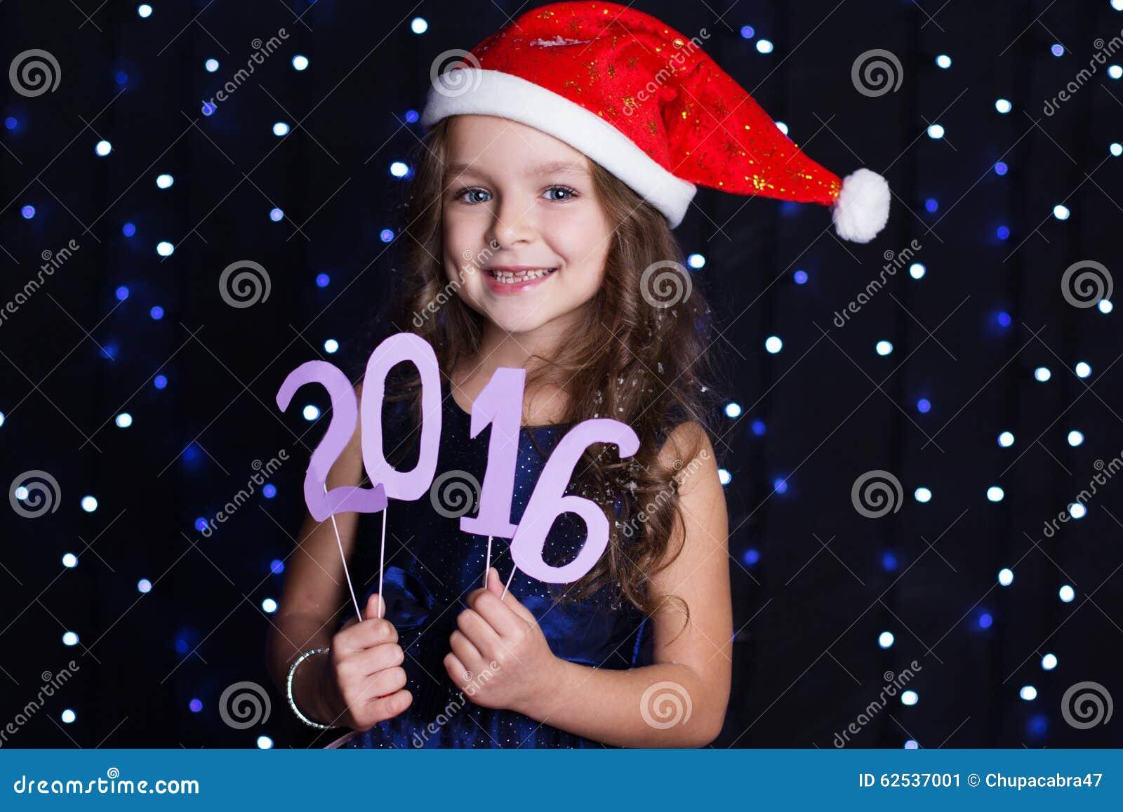 Ragazza di Santa con la data 2016, tempo del nuovo anno di natale