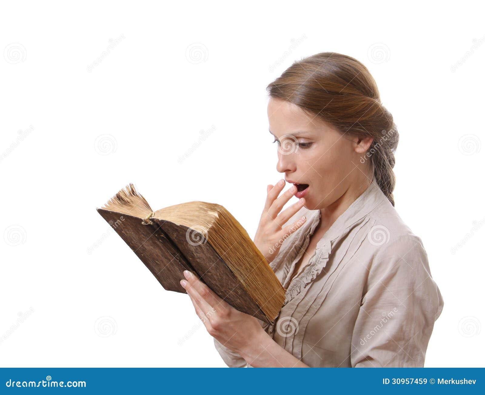 Ragazza di sbadiglio che legge un libro noioso immagine for Foto di un libro