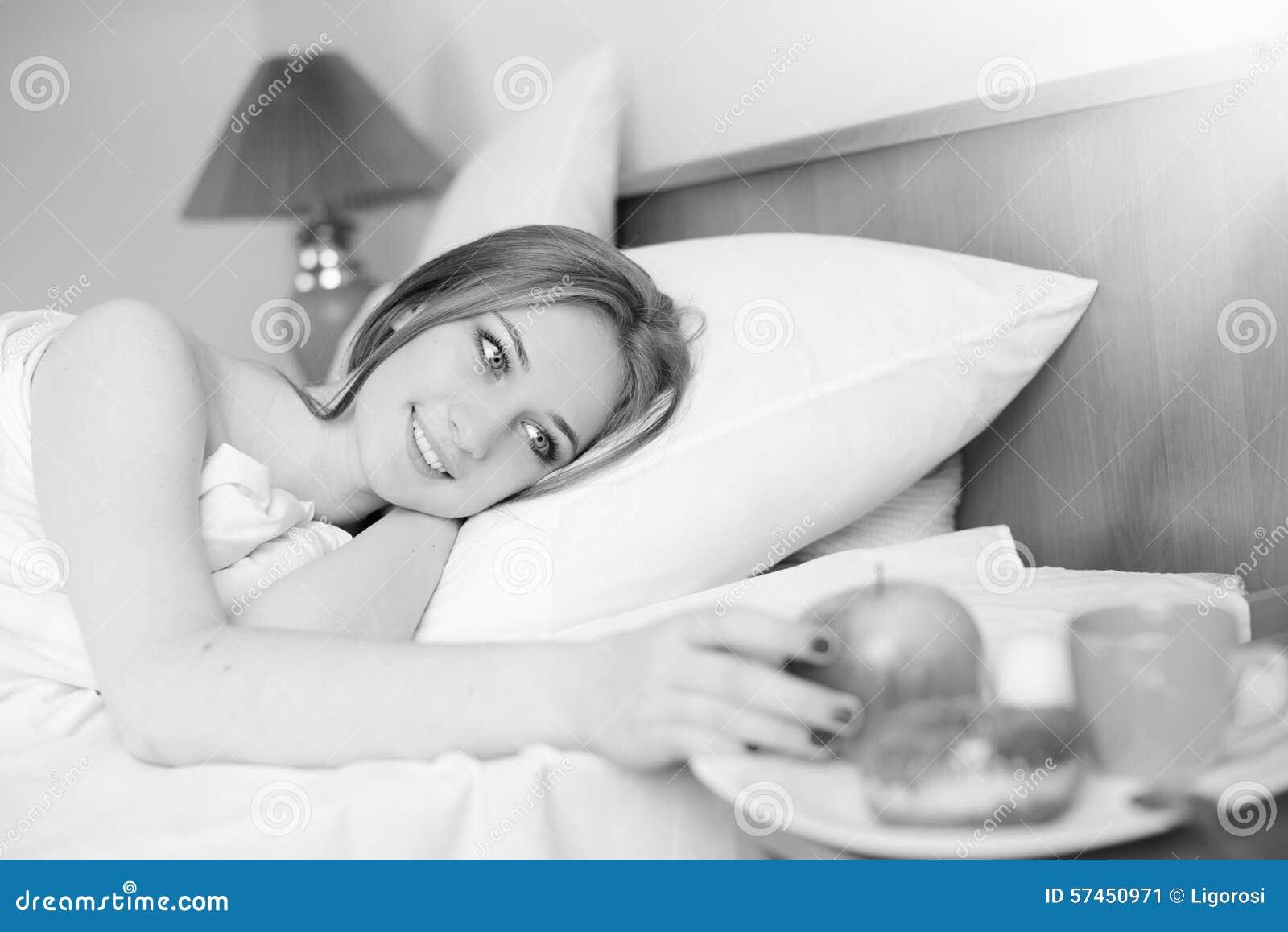 Ragazza di sexi che si trova sul letto e che esamina - Letto che si chiude ...