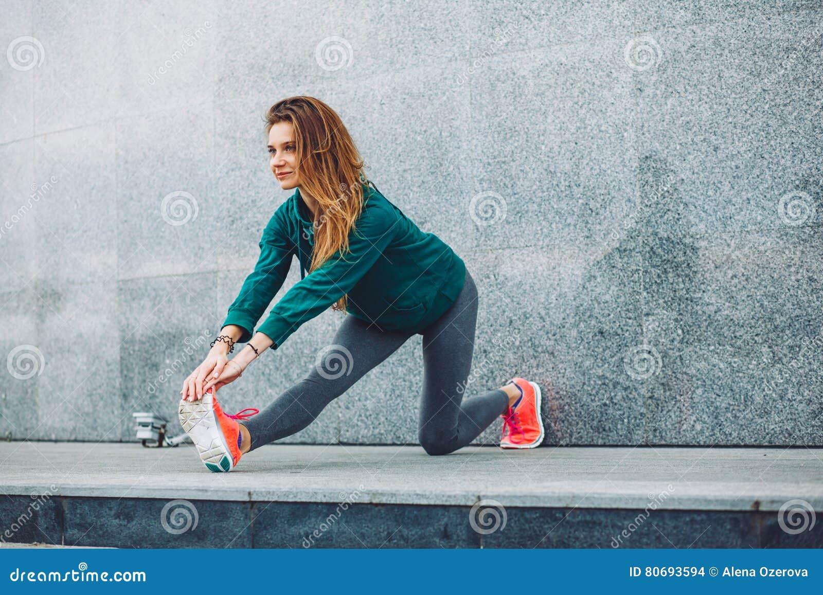 Ragazza di sport di forma fisica nella via