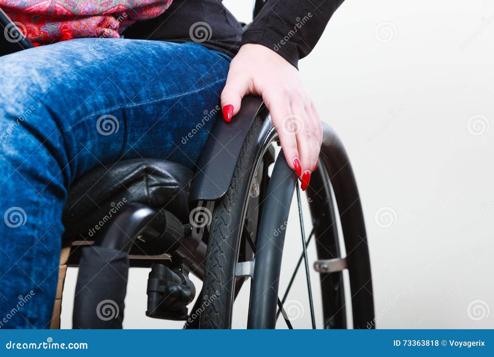 Ragazza disabile sulla sedia a rotelle
