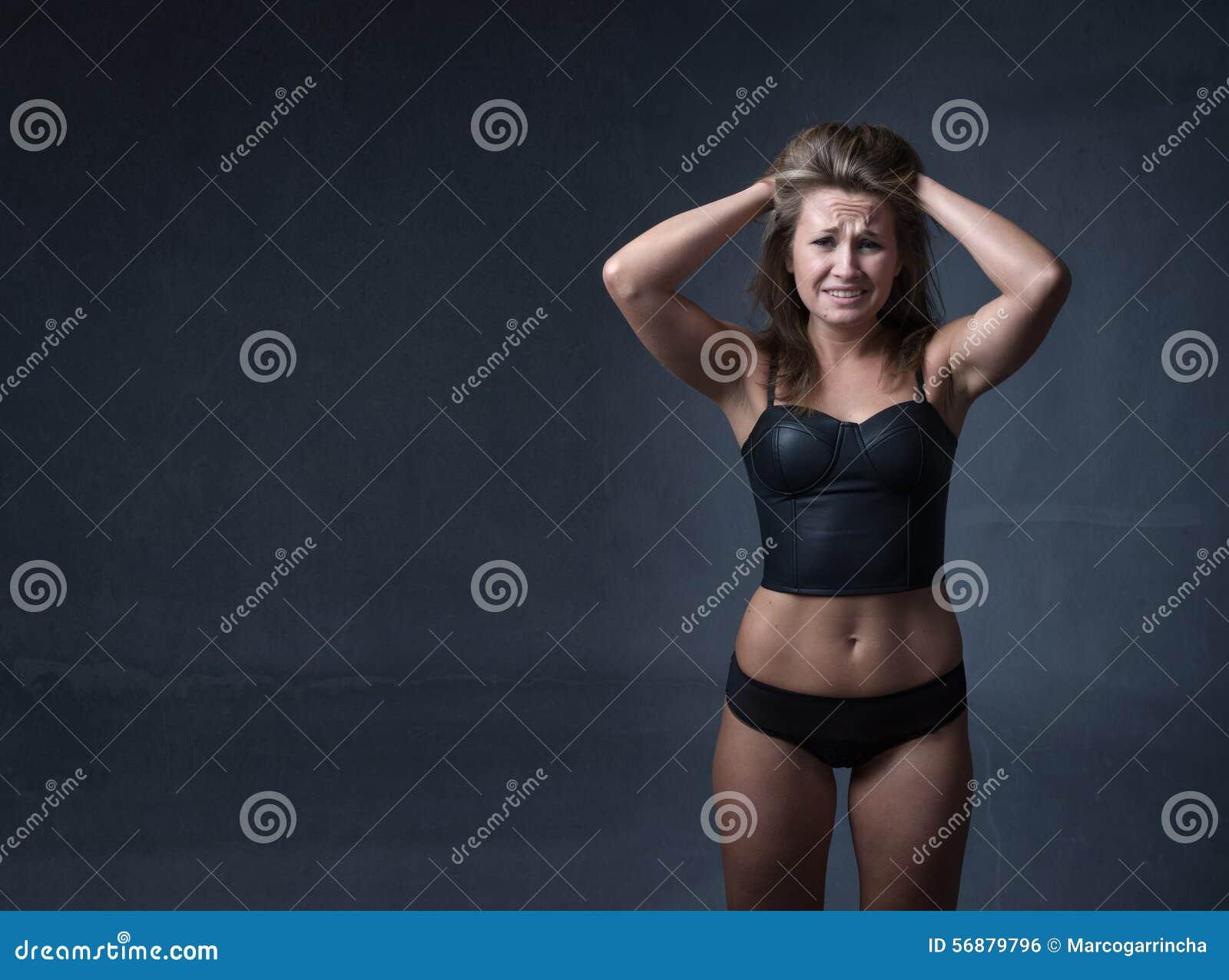 Ragazza disperata con le mani su capelli