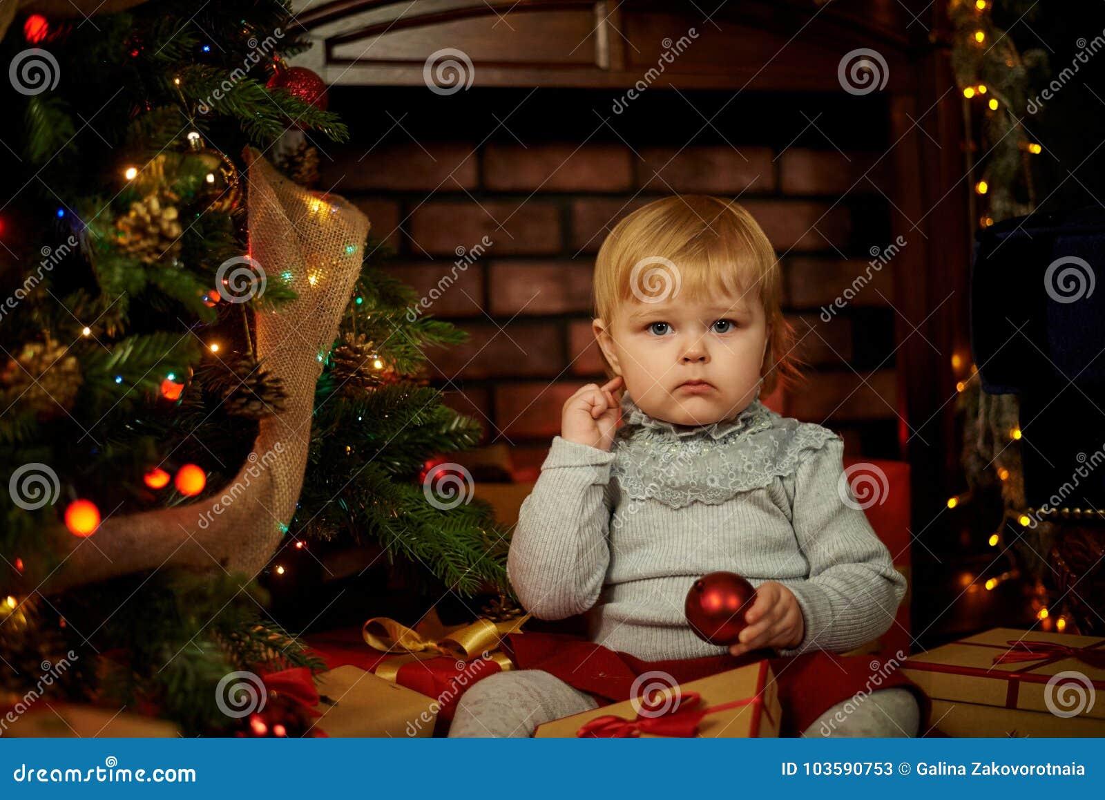 Ragazza dolce in un camino di Natale
