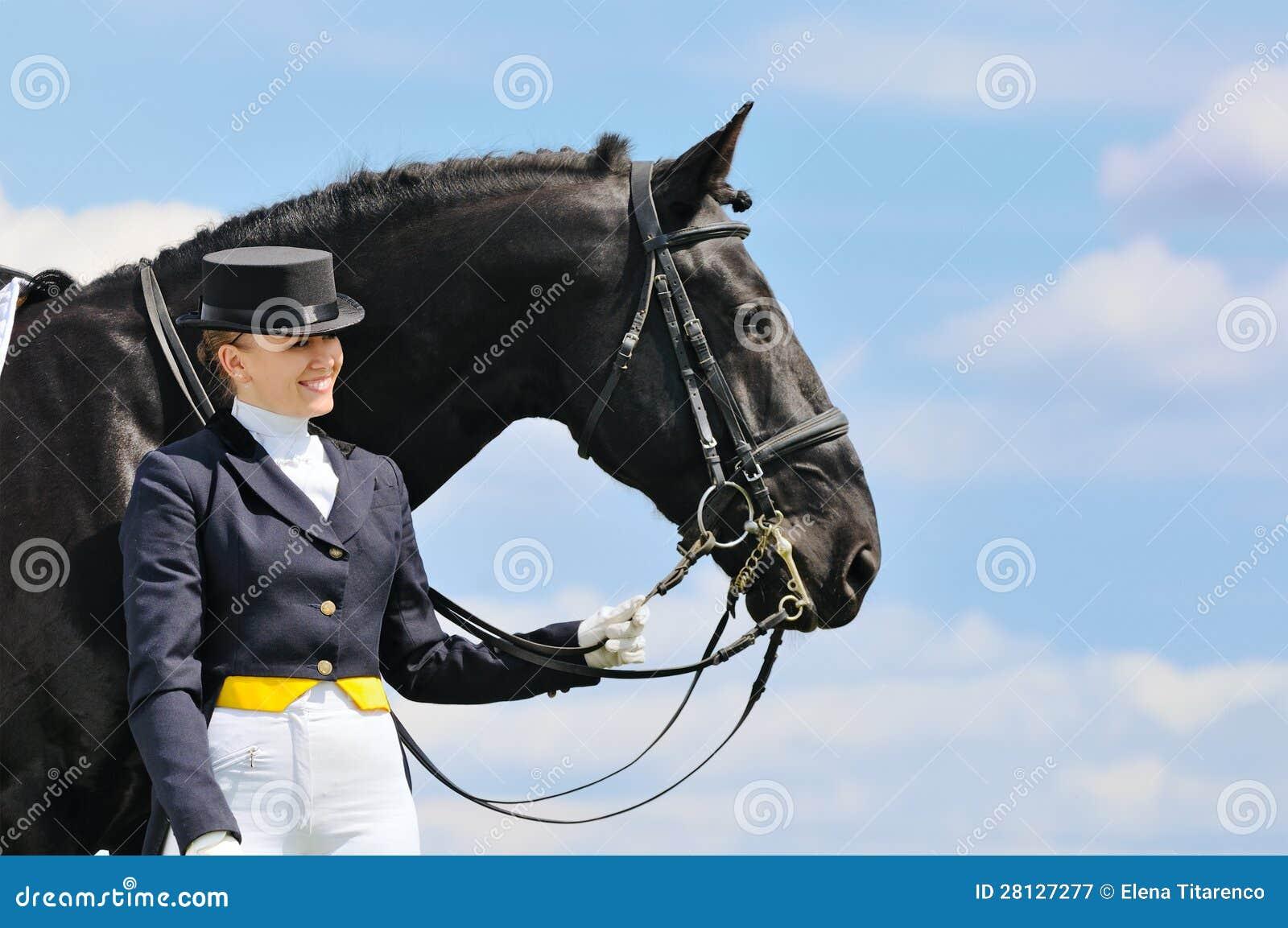 Ragazza e cavallo di dressage