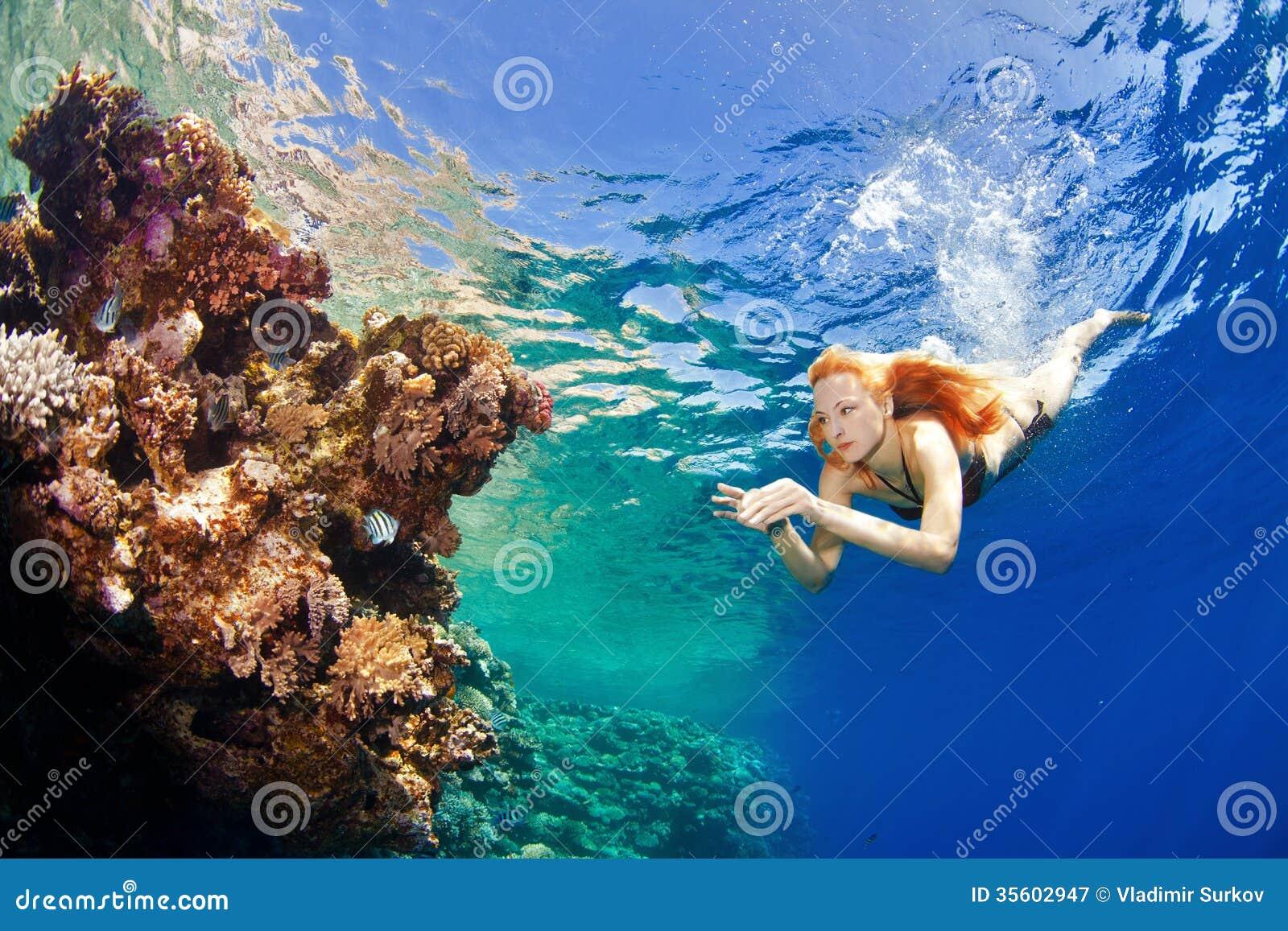 Ragazza e coralli nel mare