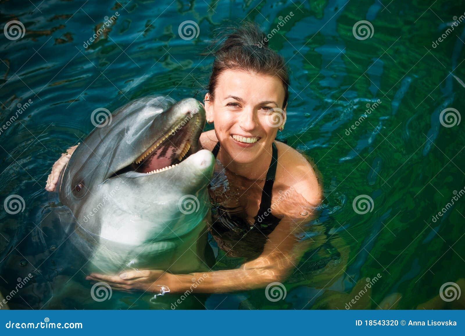 Ragazza e delfino