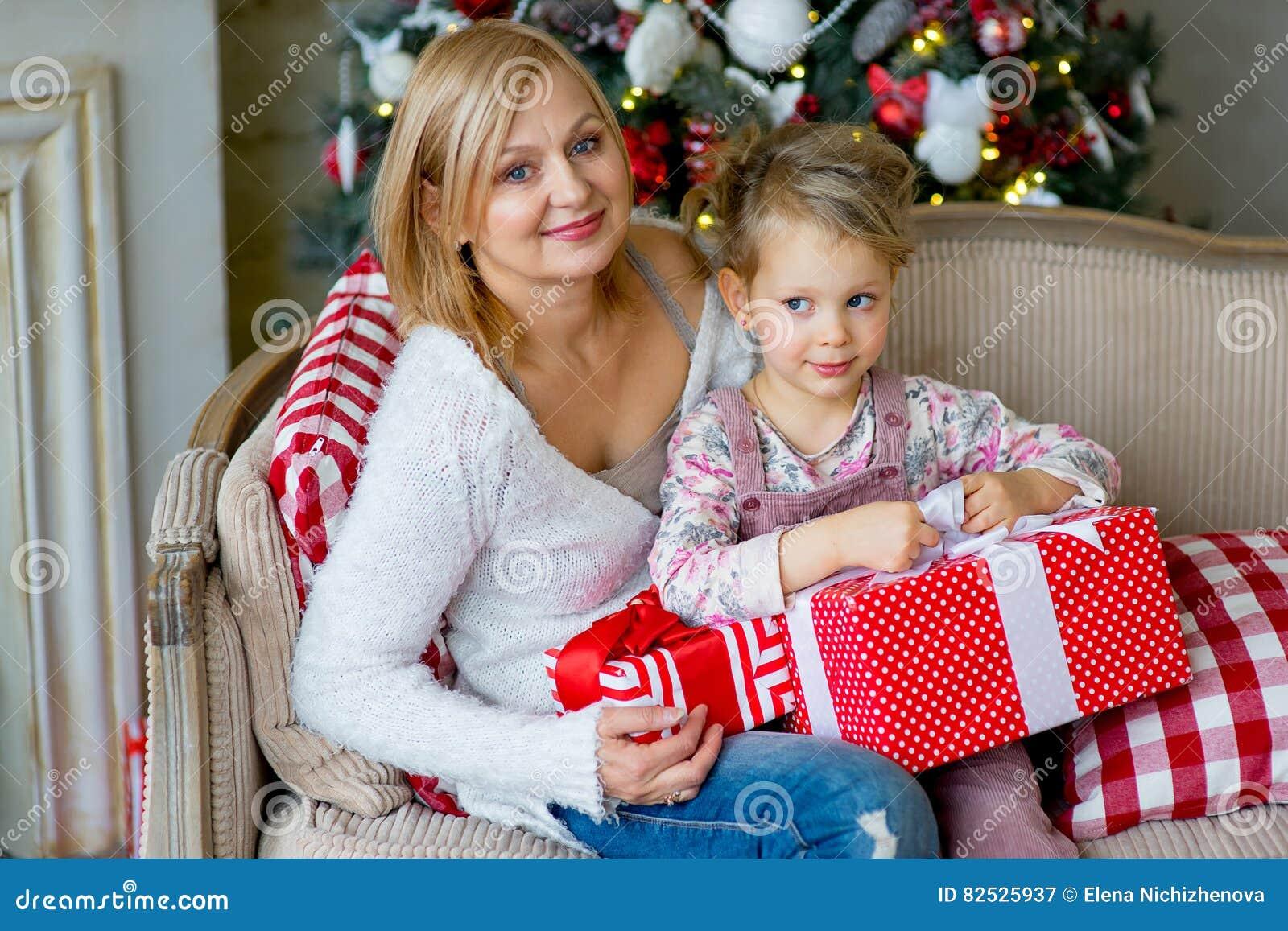 Regali Di Natale Per La Nonna.Ragazza E Nonna Con I Regali Di Natale Immagine Stock Immagine Di
