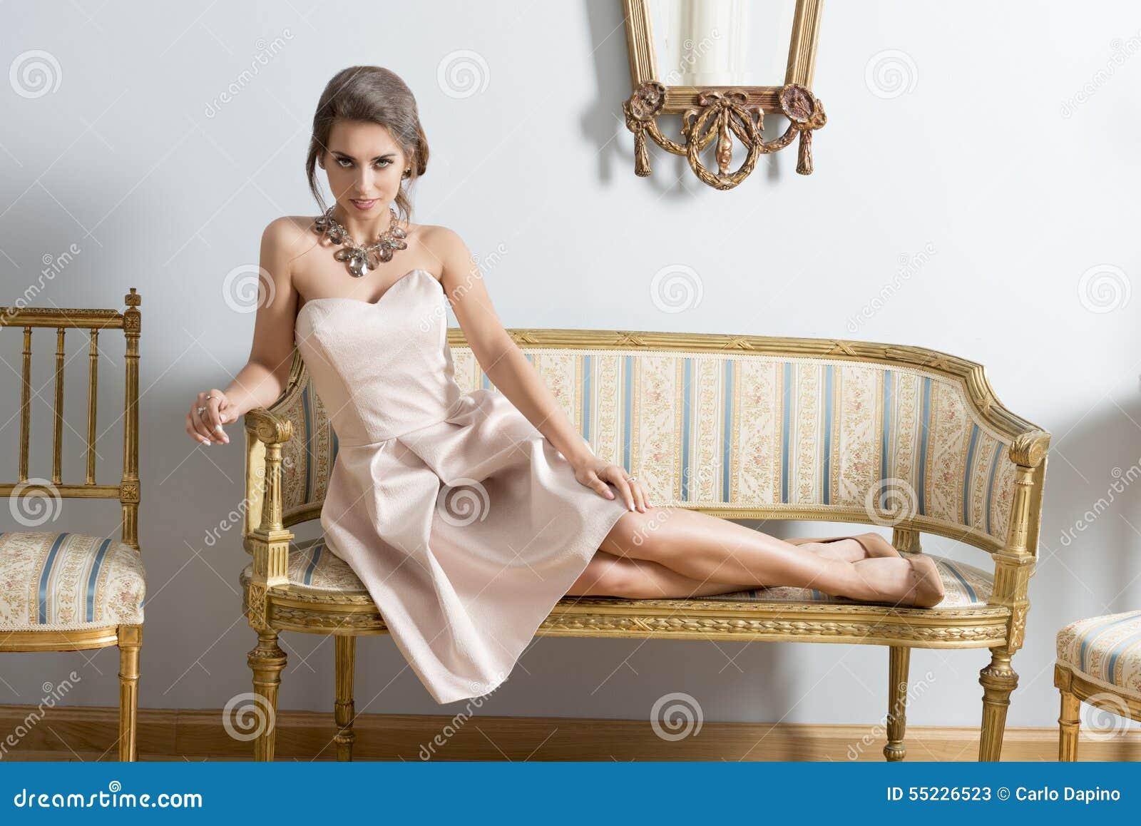 Ragazza elegante che si trova sul sofà d annata