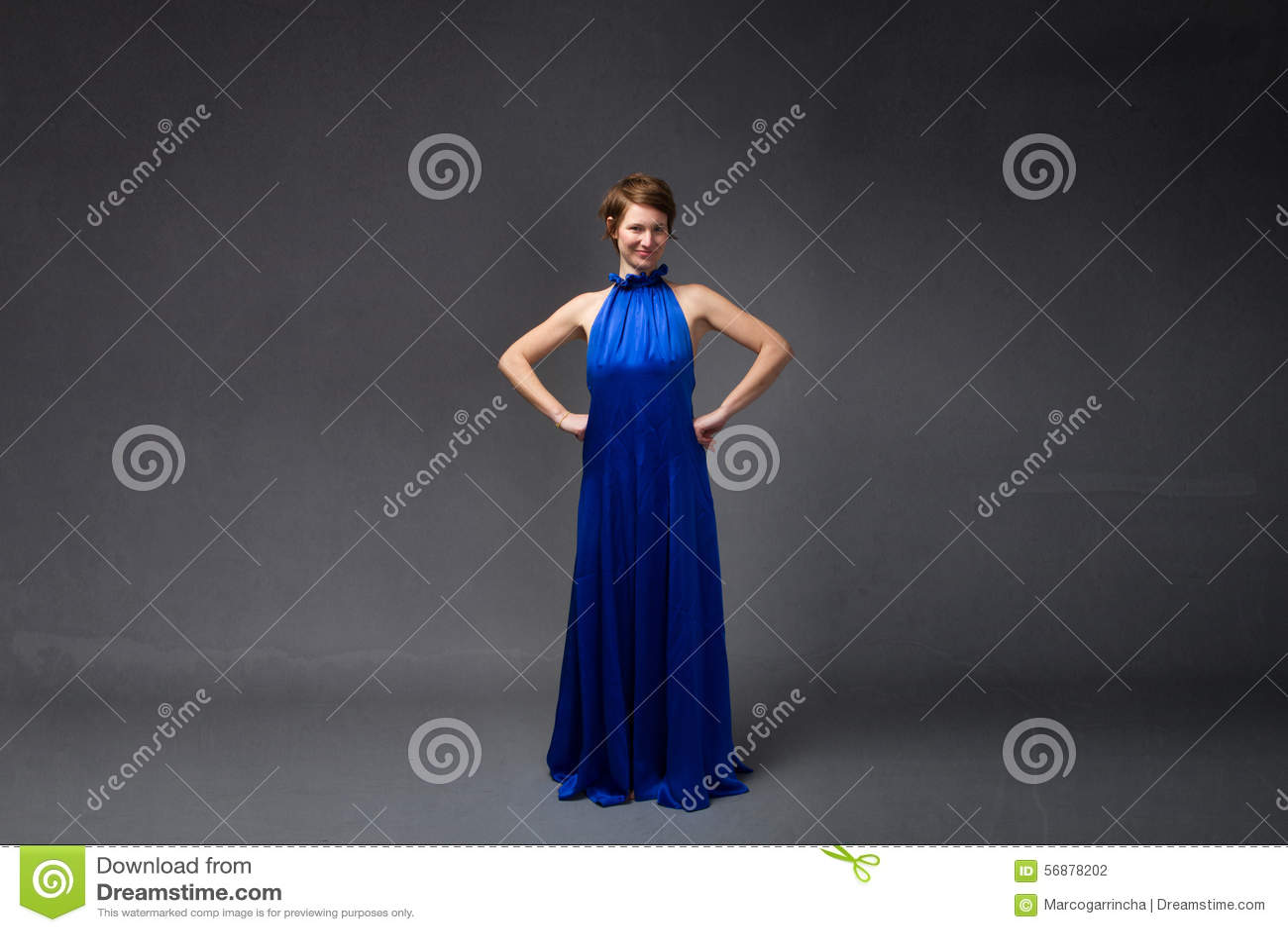 Ragazza elegante in vestito blu elettrico