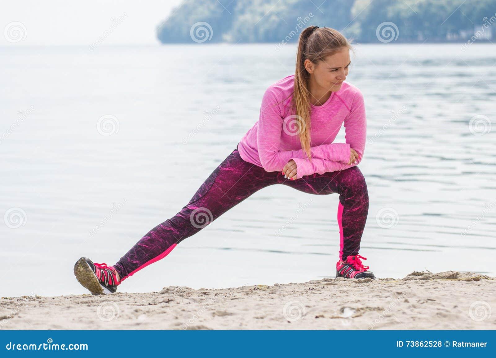 Esercita Ragazza Sportivi In Si Spiaggia Sulla Che Esile Vestiti wFgYzxFf