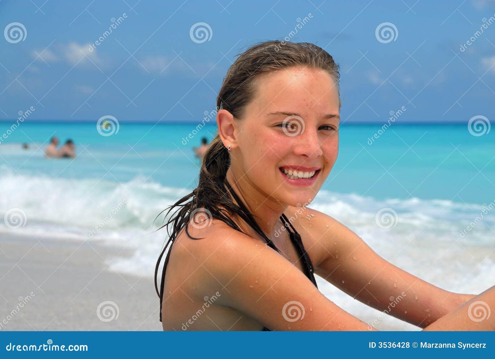 Ragazza felice alla spiaggia