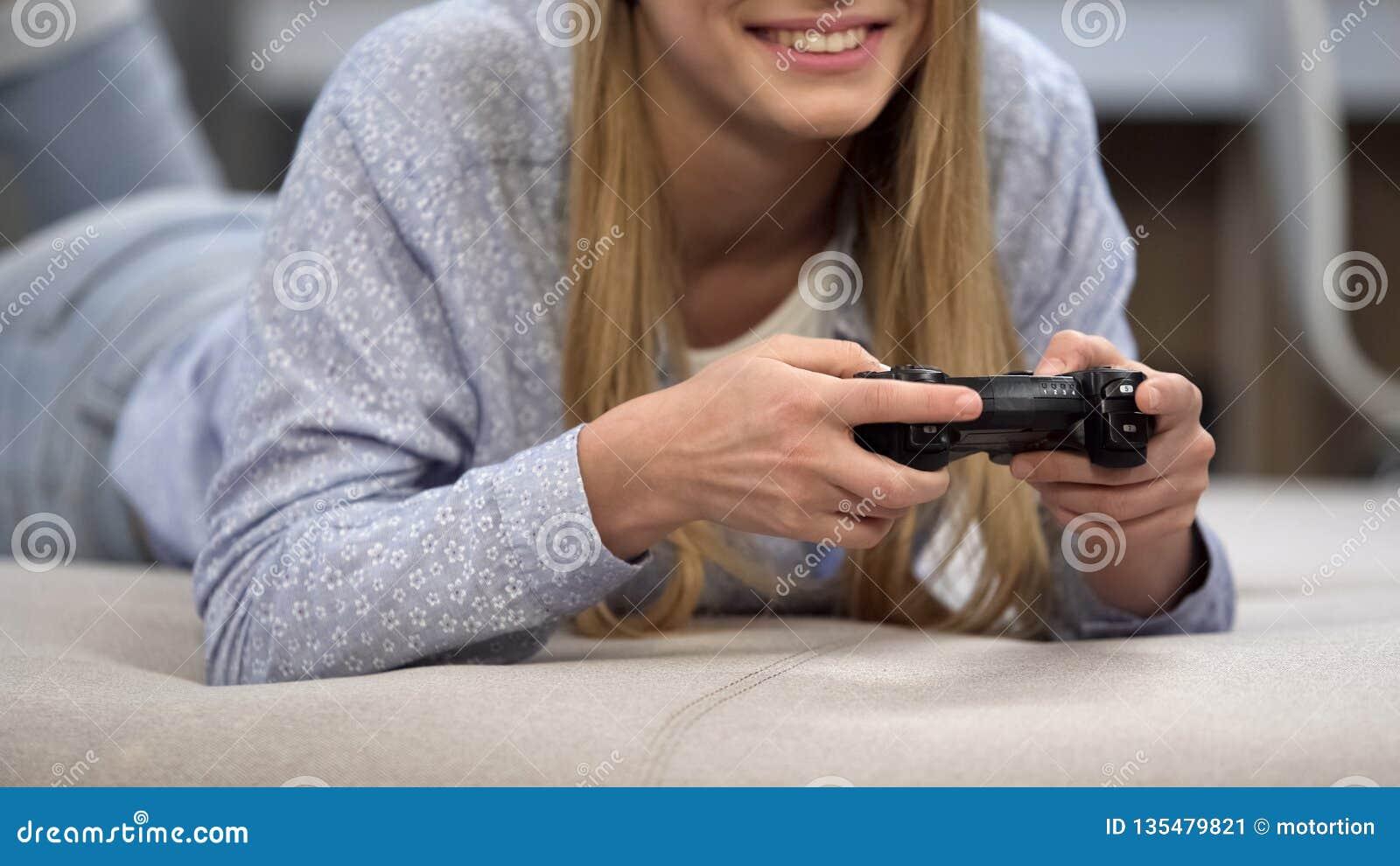 Ragazza felice che gioca con la leva di comando senza fili, gioco che scorre hobby, stile di vita