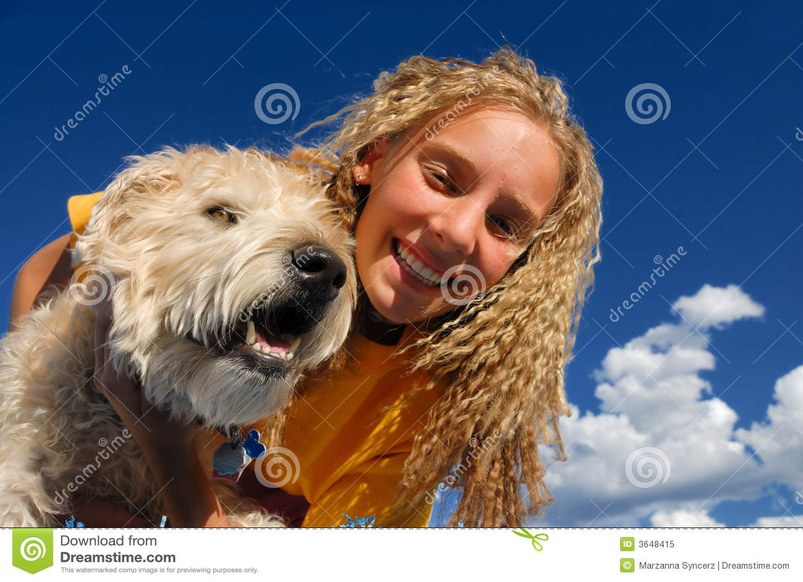 Ragazza felice con il cane