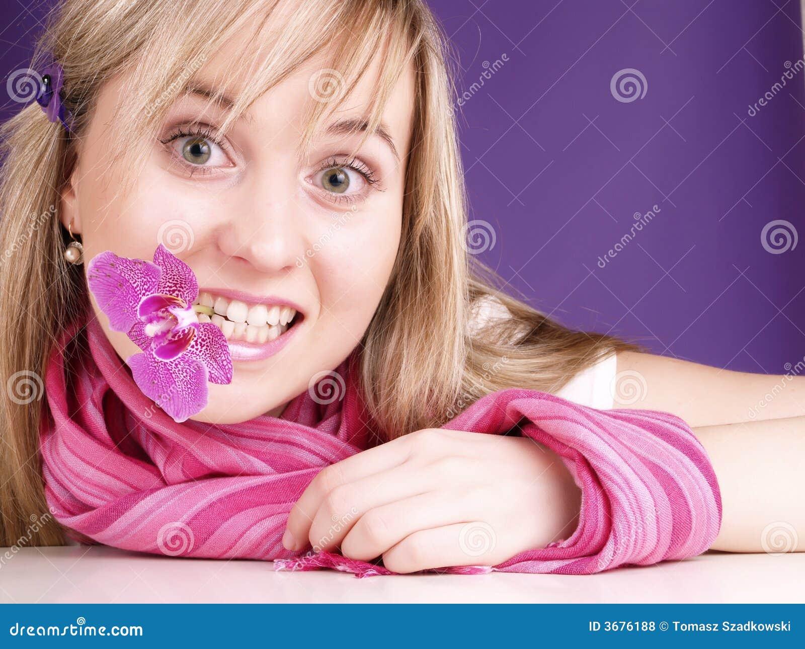 Download Ragazza Felice Con L'orchidea In Bocca Fotografia Stock - Immagine di rilassamento, divertimento: 3676188