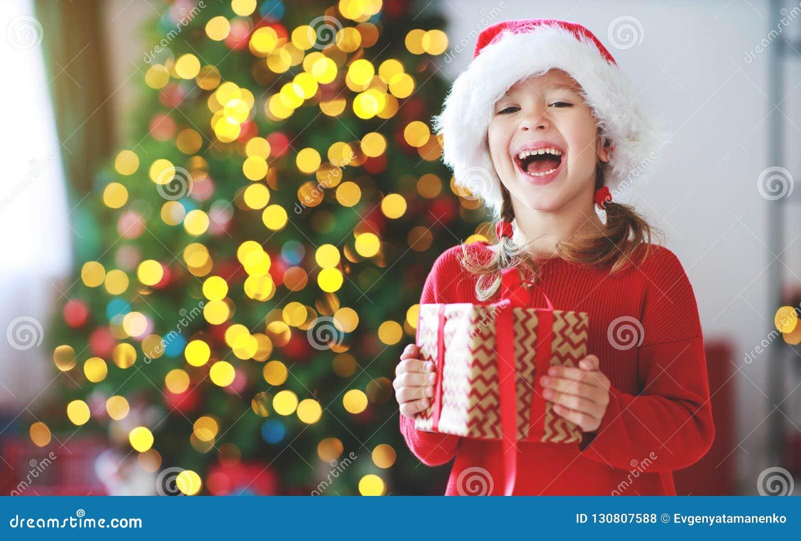 Regali Di Natale Ragazza.Ragazza Felice Del Bambino Con I Regali Di Natale Vicino All Albero