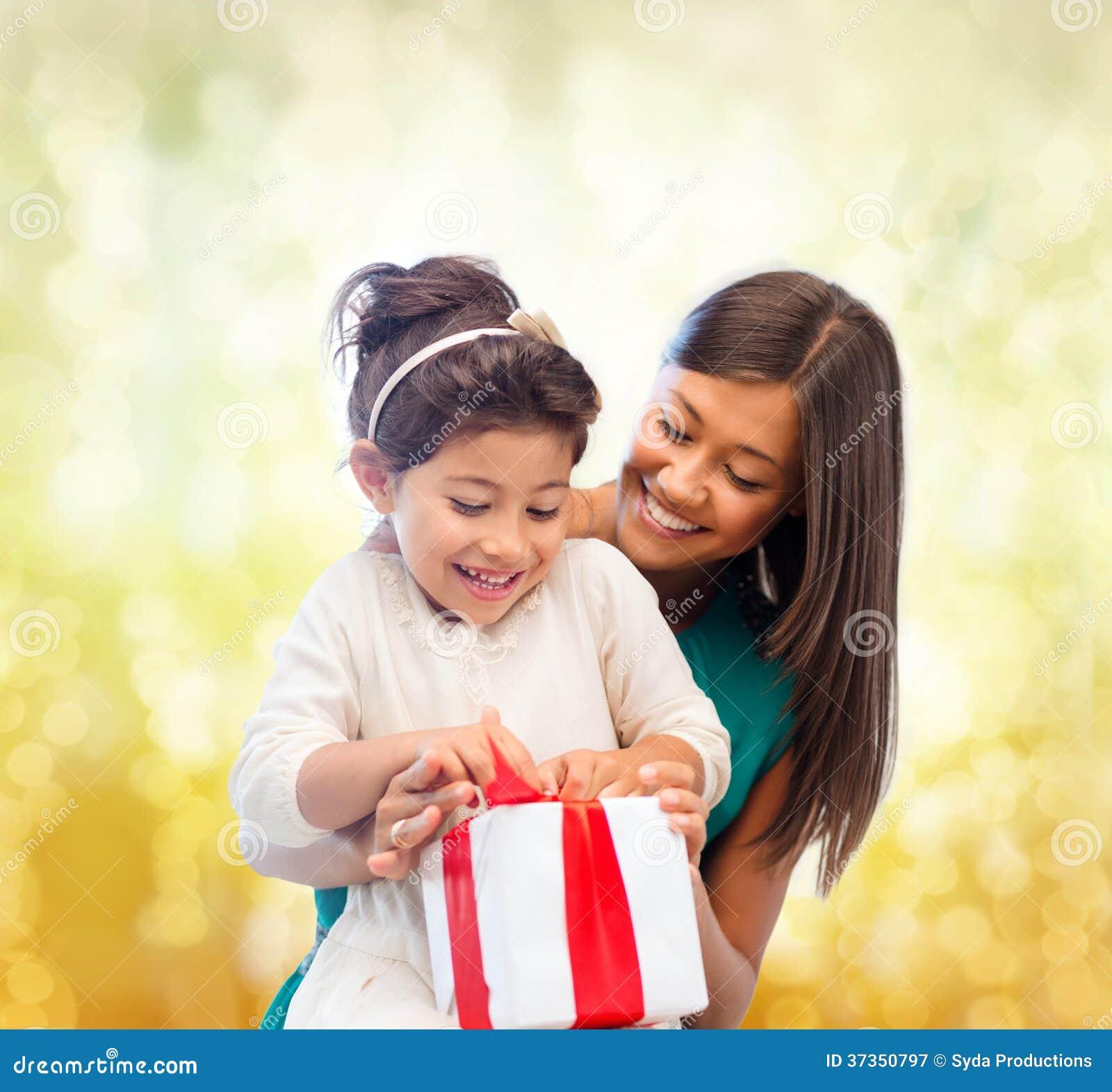 Ragazza felice del bambino e della madre con il contenitore di regalo