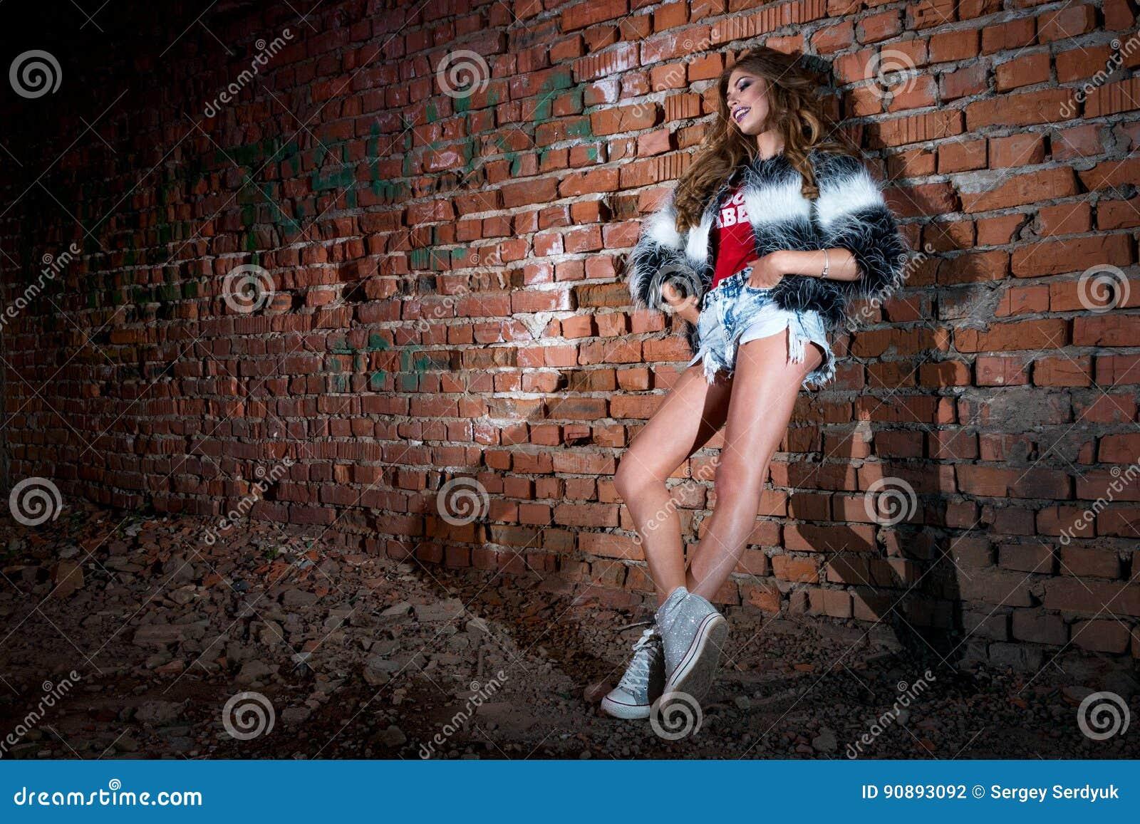 Alla Con Moda Una Fresca Ragazza Corti Pantaloncini In PZNwOXk8n0