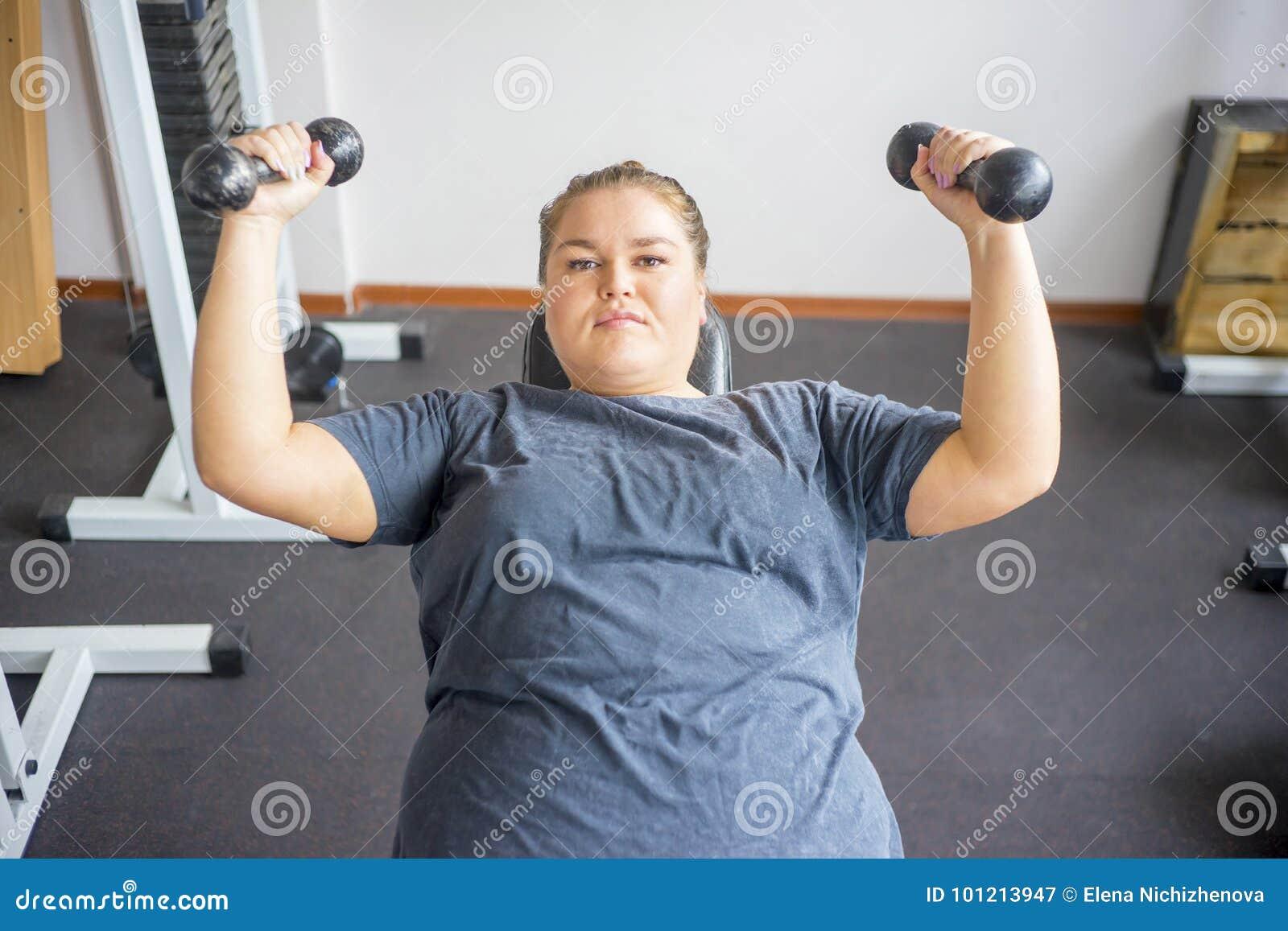 Ragazza grassa in una palestra