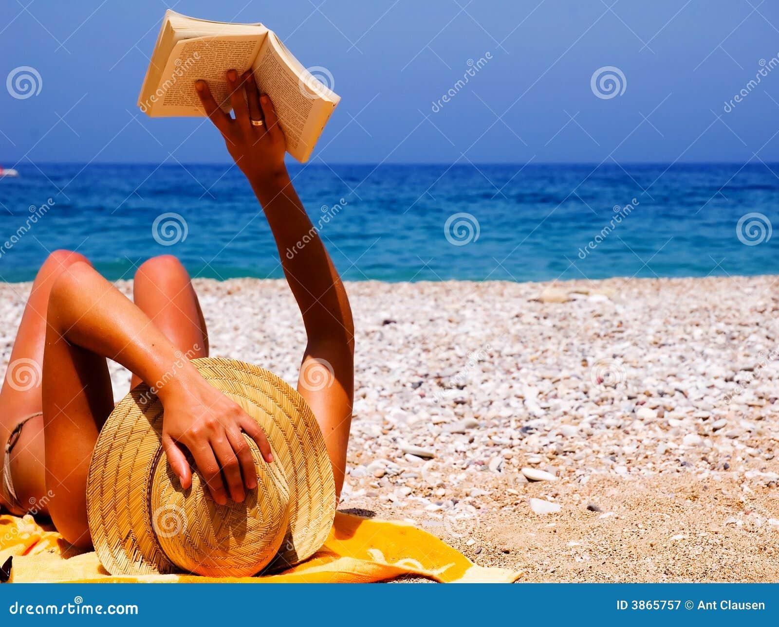 Ragazza graziosa alla spiaggia