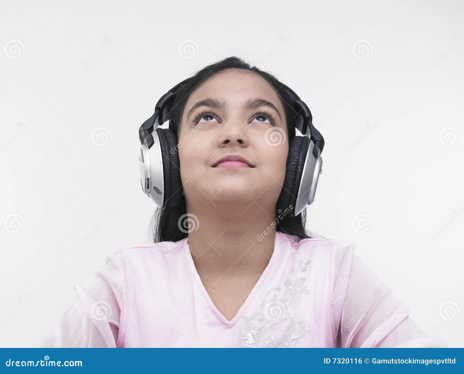 Ragazza graziosa che ascolta la musica