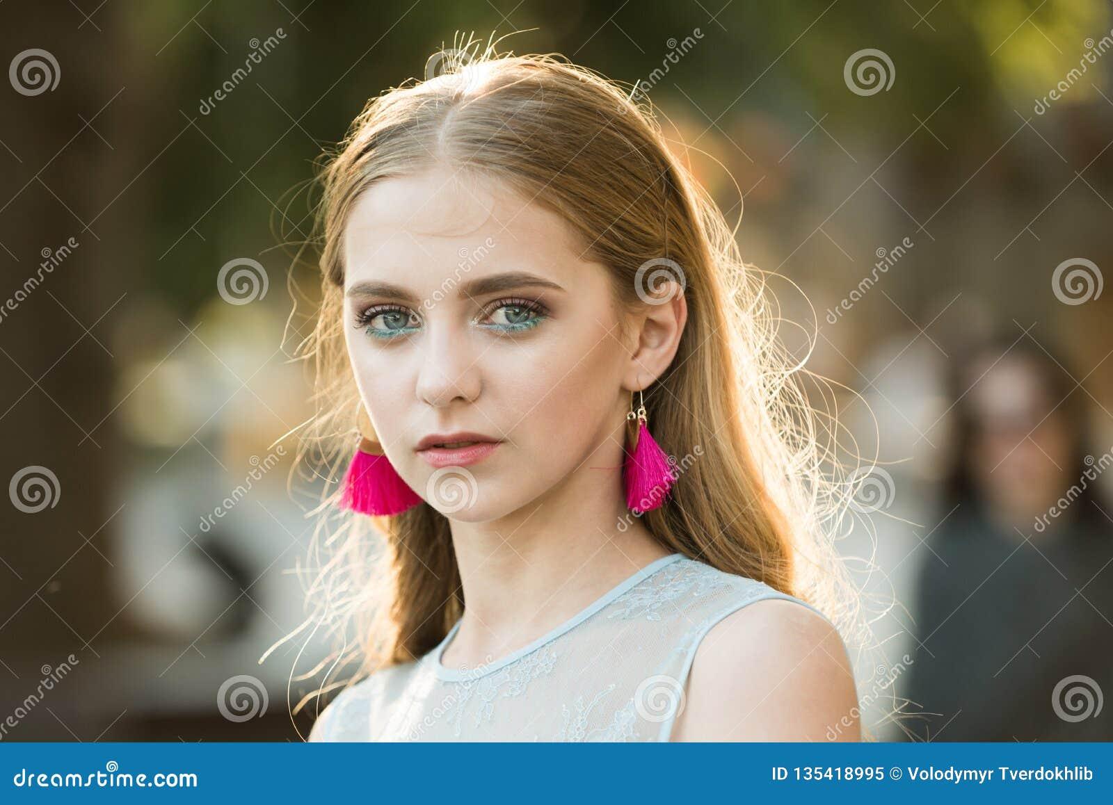 Ragazza graziosa con capelli e gli orecchini alla moda Sguardo di modo e di bellezza del modello di moda Donna di modo di estate